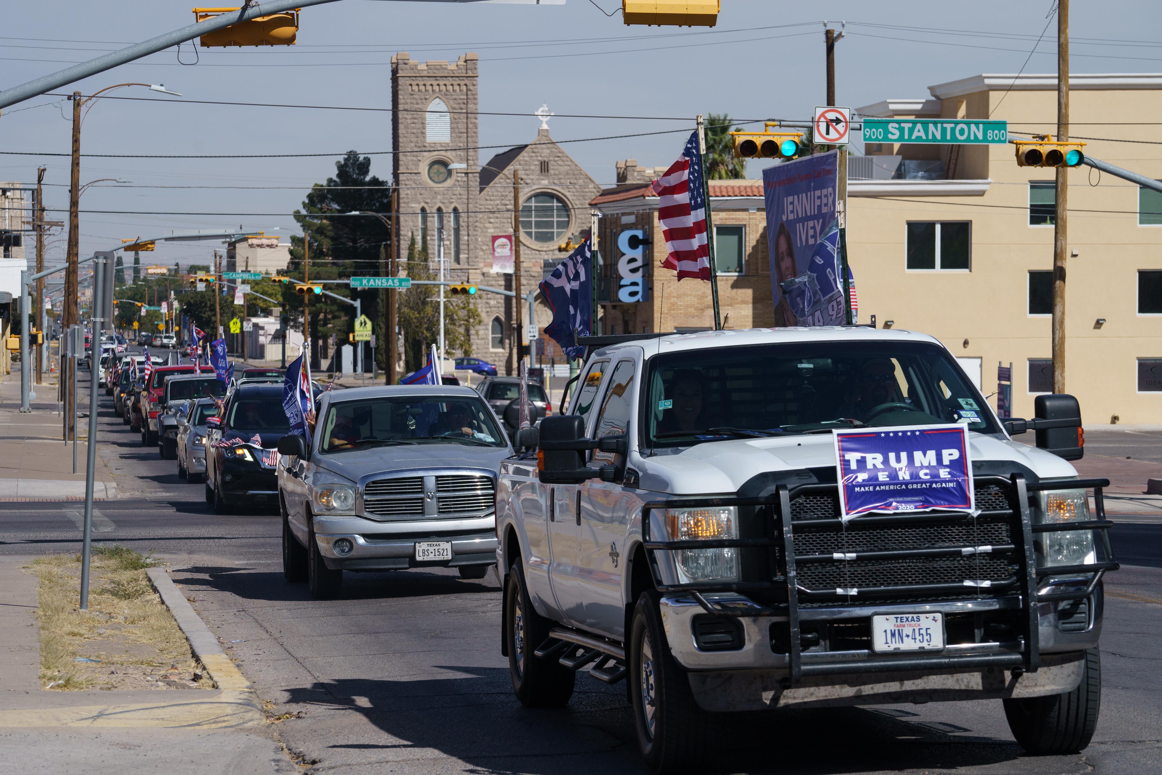 """Trump """"lovassága"""" megpróbálta megállítani a Biden-kampány buszát a texasi autópályán"""