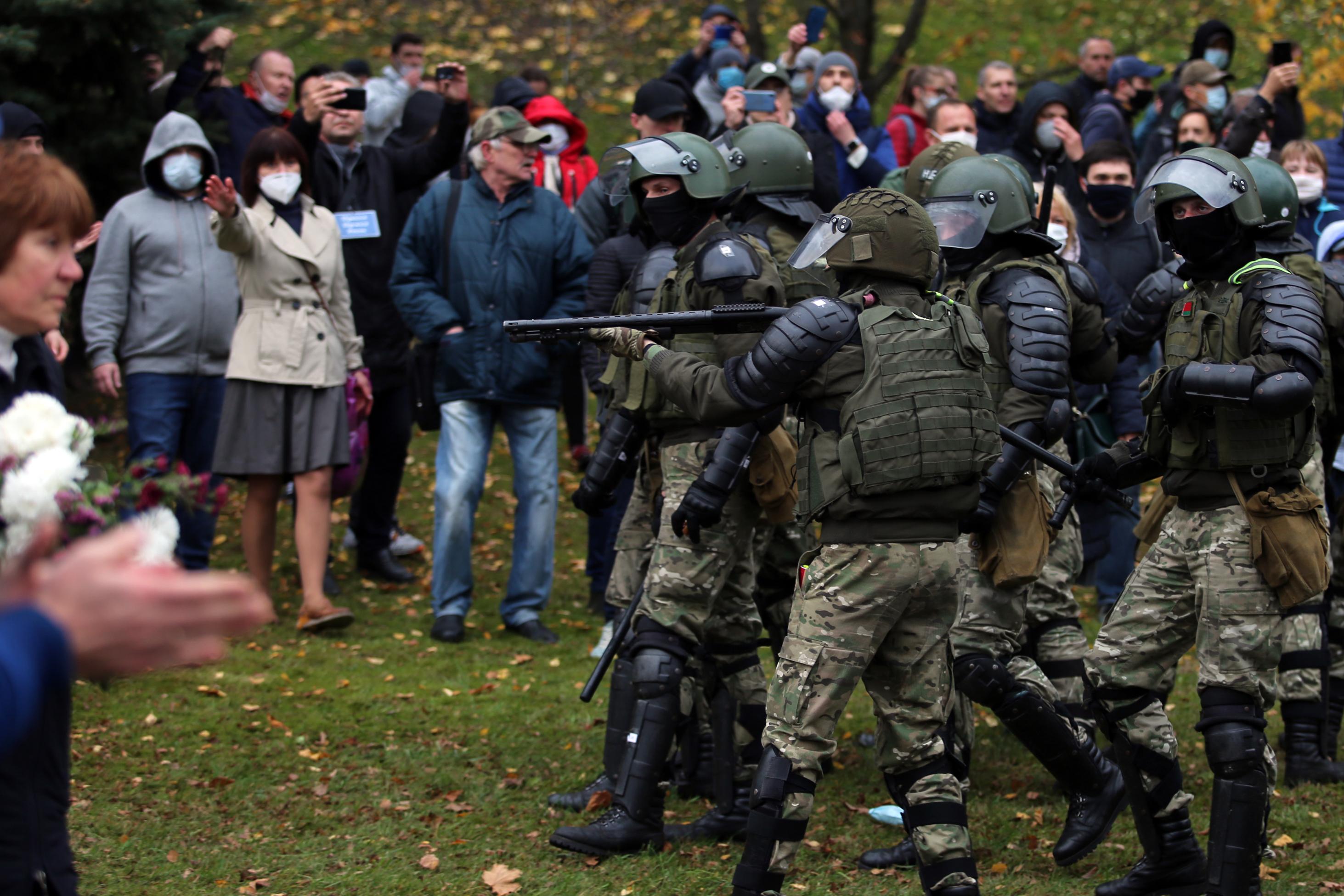 Hat hónap börtönre ítélték a fehérorosz újságírót, aki közzétette a fejsérülésbe belehalt tüntető orvosi jelentését