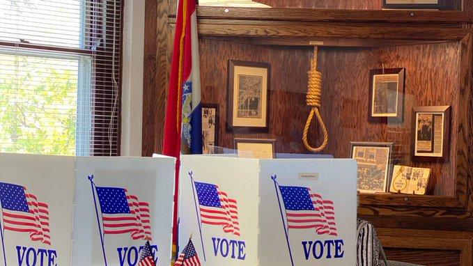 Felháborodtak a Demokraták, amiért akasztófakötél lógott egy szavazóhelyiségben Missouriban