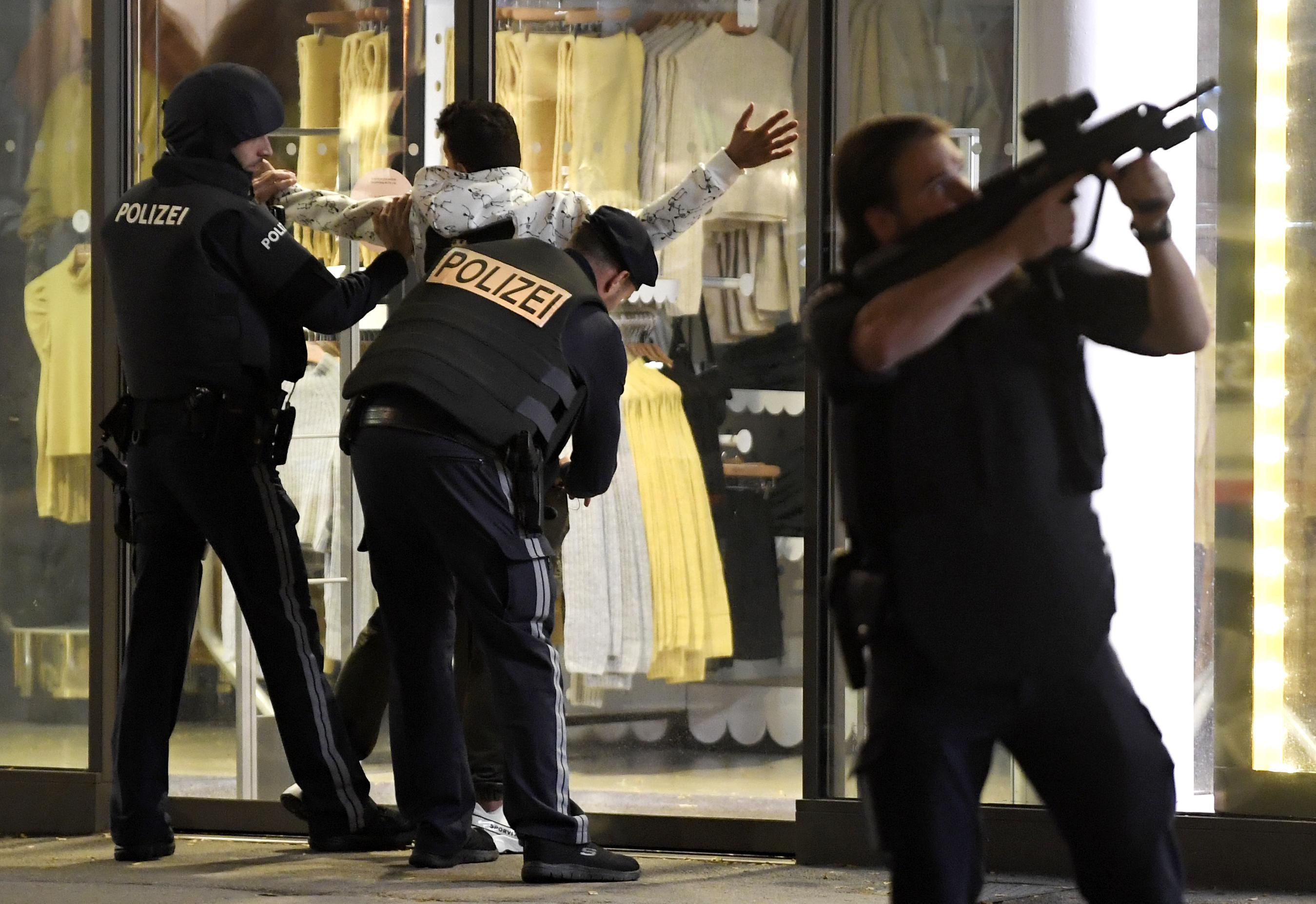 Hajtóvádaszat Bécs utcáin, egy lövöldöző elmenekült