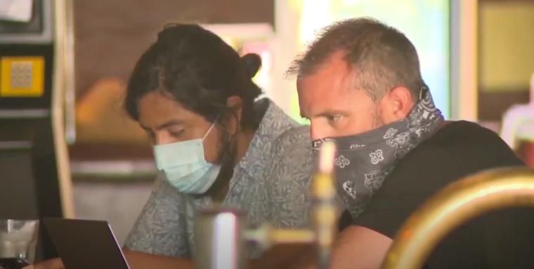 Elmagyarázzuk, miért engedi meg az új rendelet, hogy az is maszk nélkül ülhessen az asztalánál az étteremben vagy kocsmában, aki éppen nem eszik vagy iszik