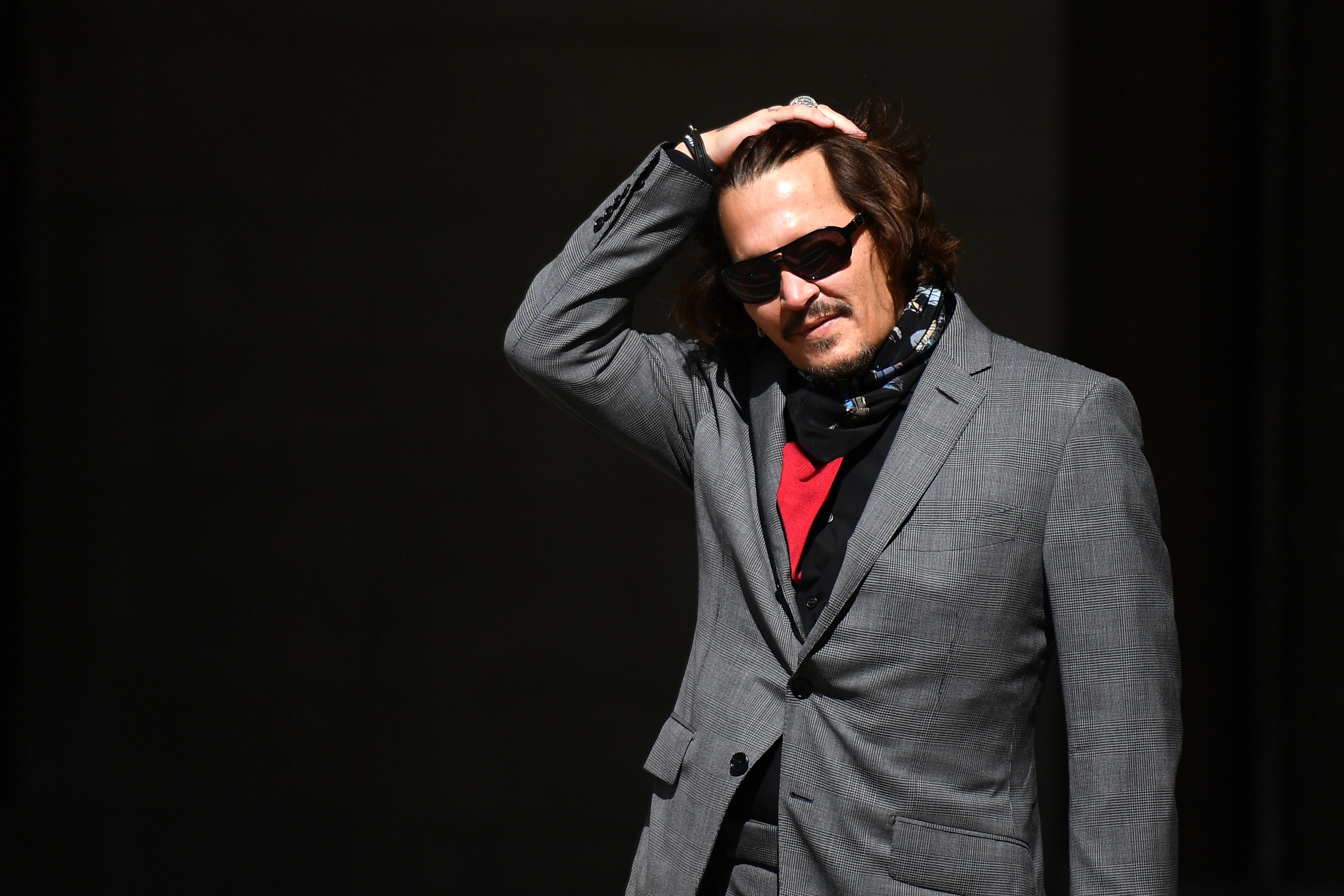 Johnny Depp a 90-es években még grunge szépfiú volt, ma már hivatalosan is feleségverő