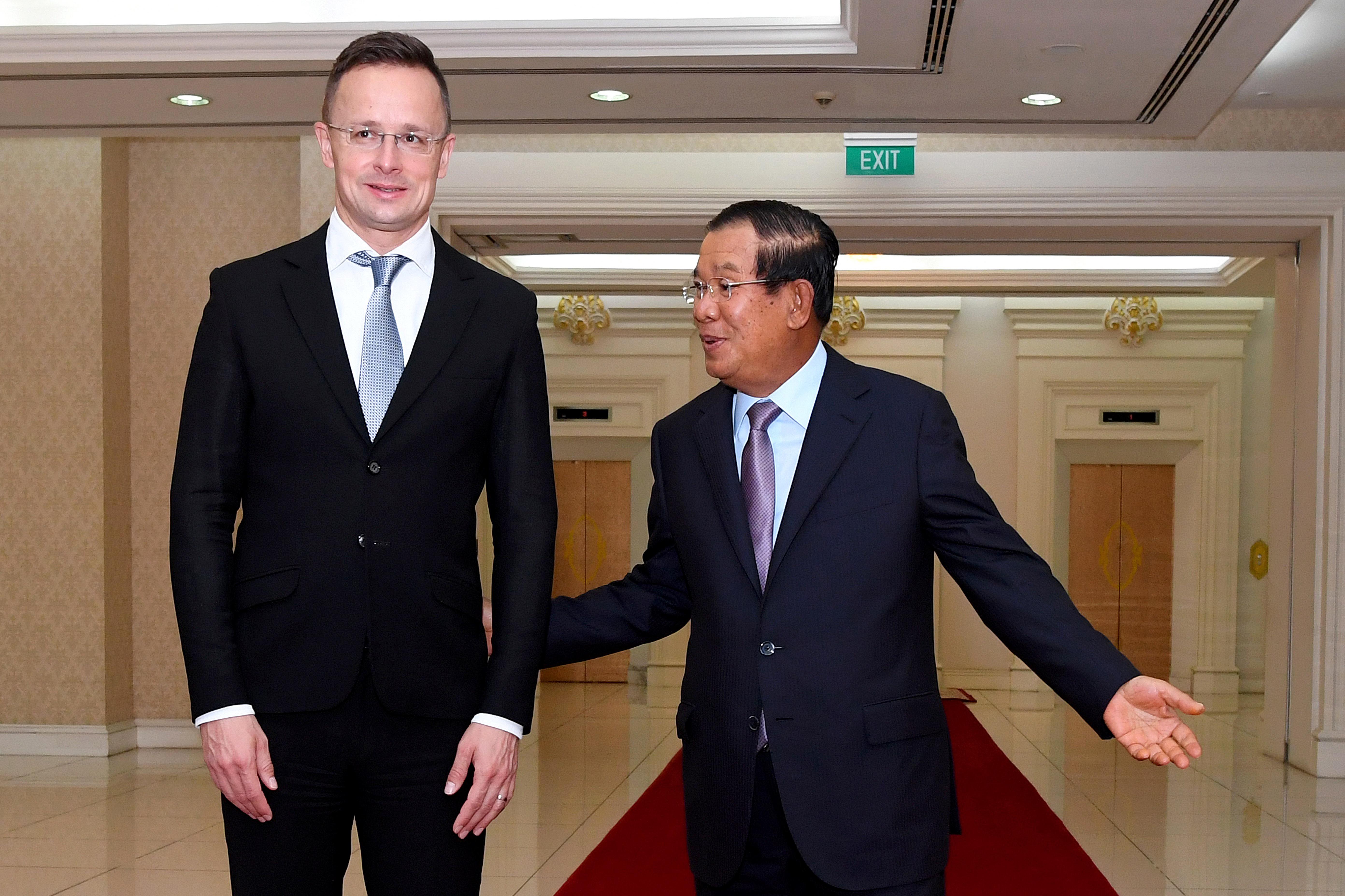 Karanténba vonul több kambodzsai vezető Szijjártó Péter miatt