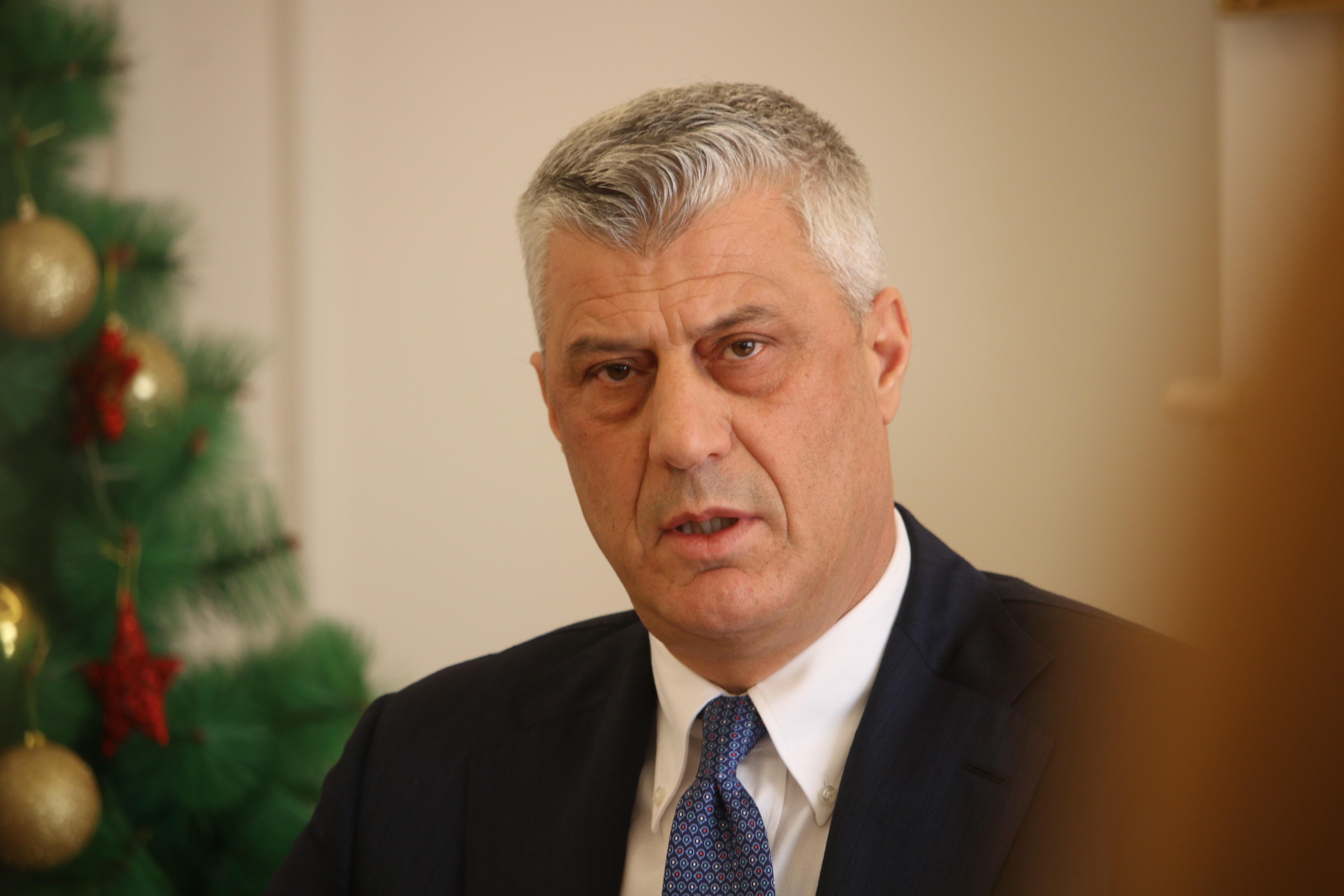 Háborús bűnök miatt kell a hágai bíróság elé állnia, lemondott a koszovói elnök