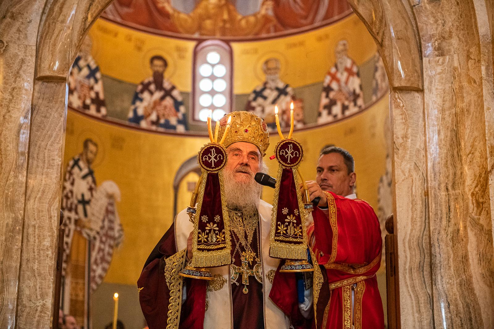 Belehalt a koronavírusba a szerb ortodox egyház feje, aki a járványszkeptikus püspök temetésén fertőződött meg
