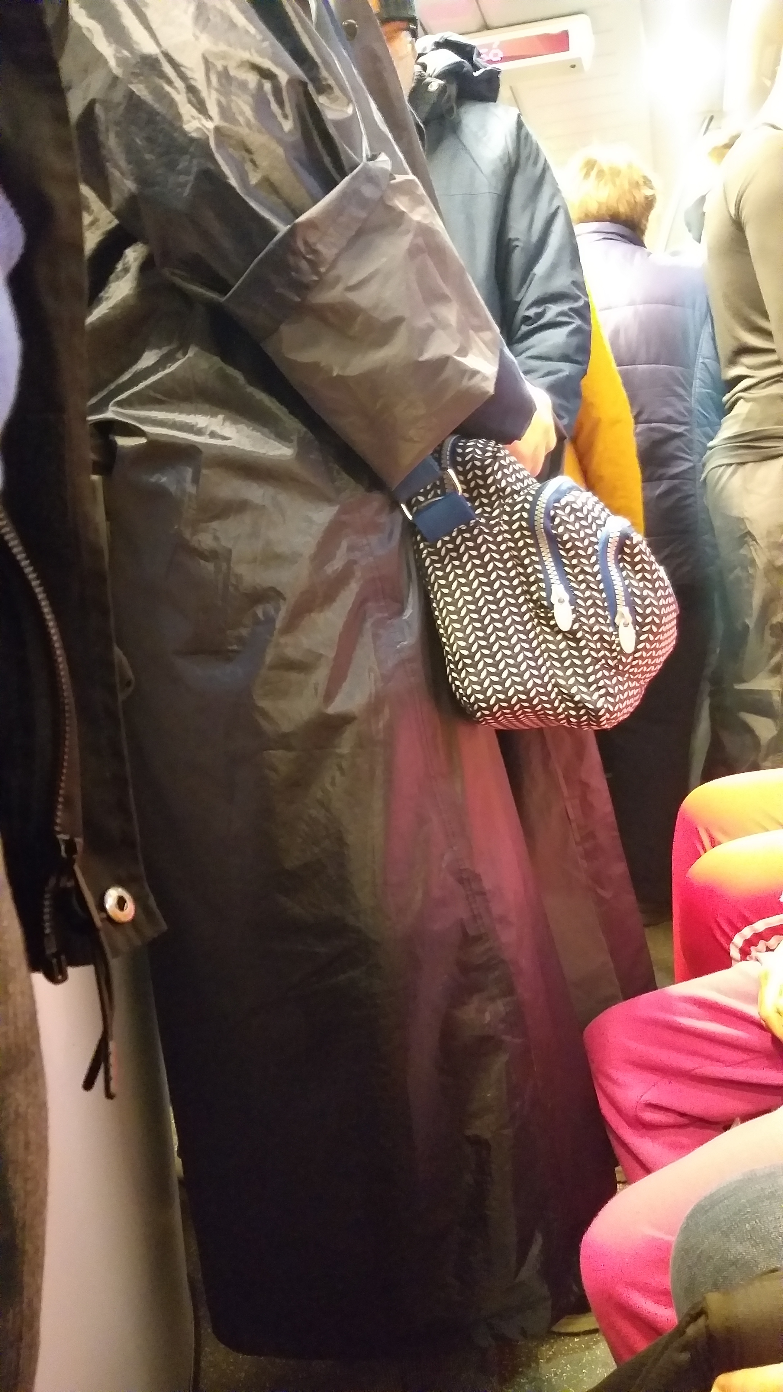 Úgy zsúfolja össze a MÁV az Érd felől munkába, iskolába igyekvő utasokat járvány idején, mintha a pekingi metróban lennénk