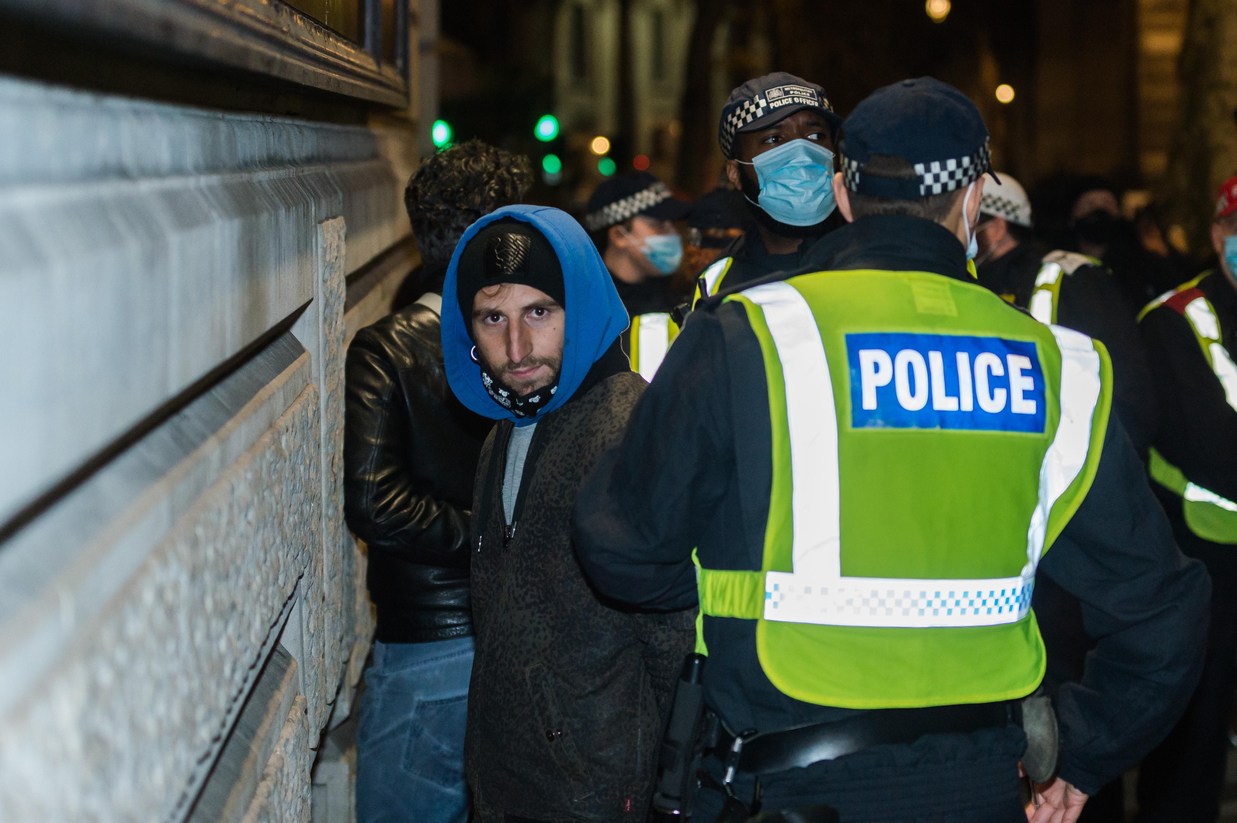 Letartóztattak 104 tüntetőt Londonban, amiért megszegték a frissen bevezetett járványügyi szabályokat
