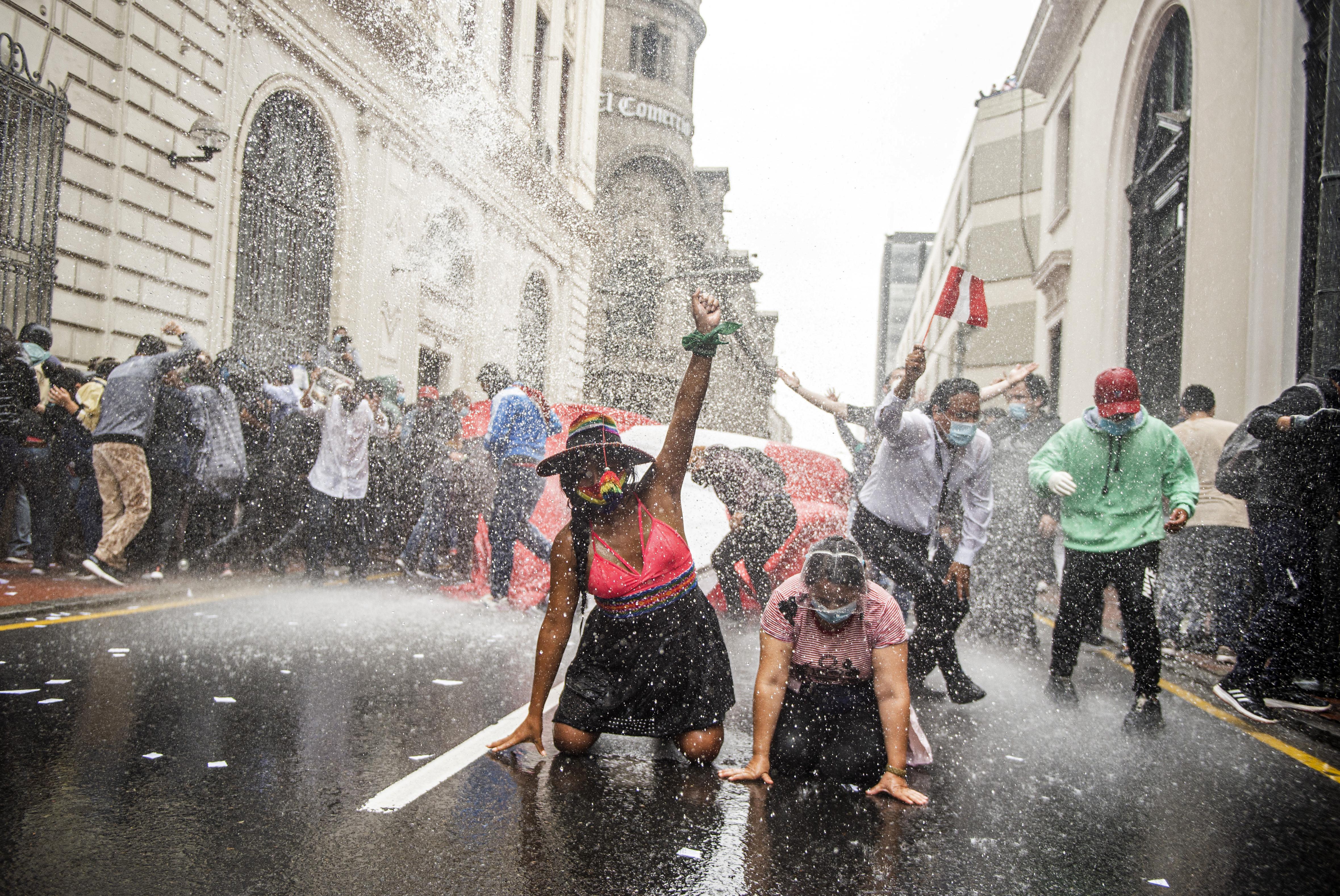 Összecsaptak a rendőrökkel a perui elnök hívei