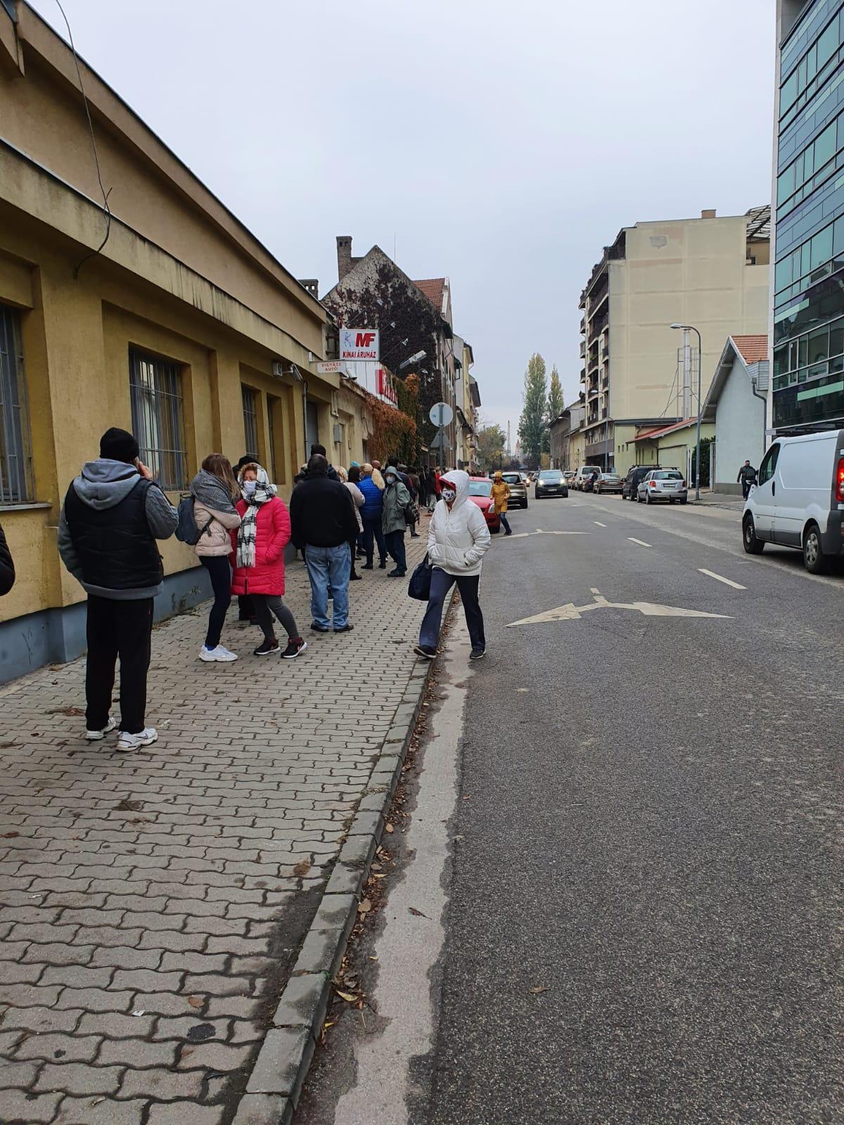 A járdán, a hidegben állnak sorban a covid-tesztre váró betegek a Dévai utcai szűrőállomás előtt