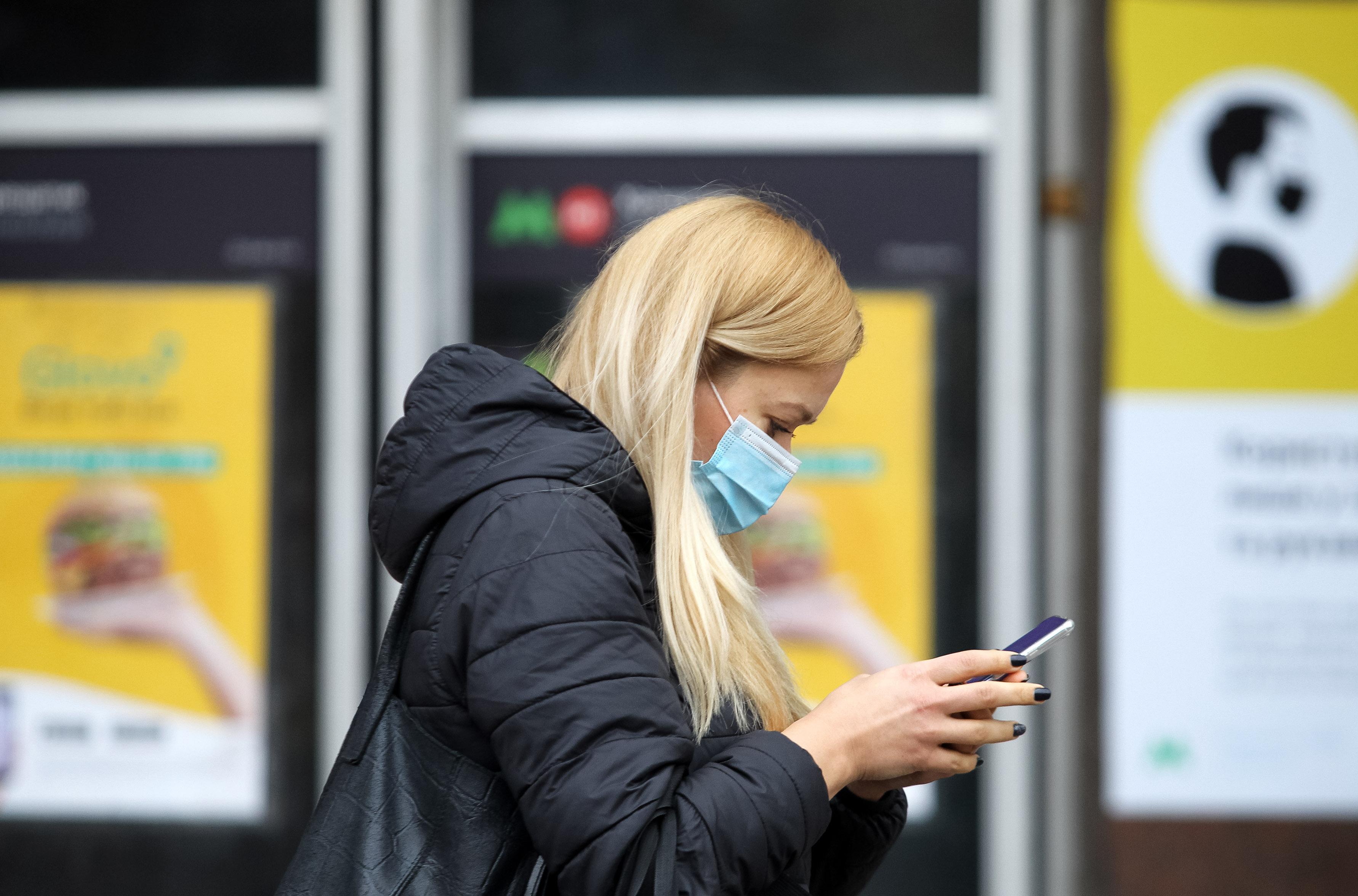 Mit tegyen otthon, ha koronavírusra         utaló tünetei vannak? Mikor szükséges mentőt hívni?