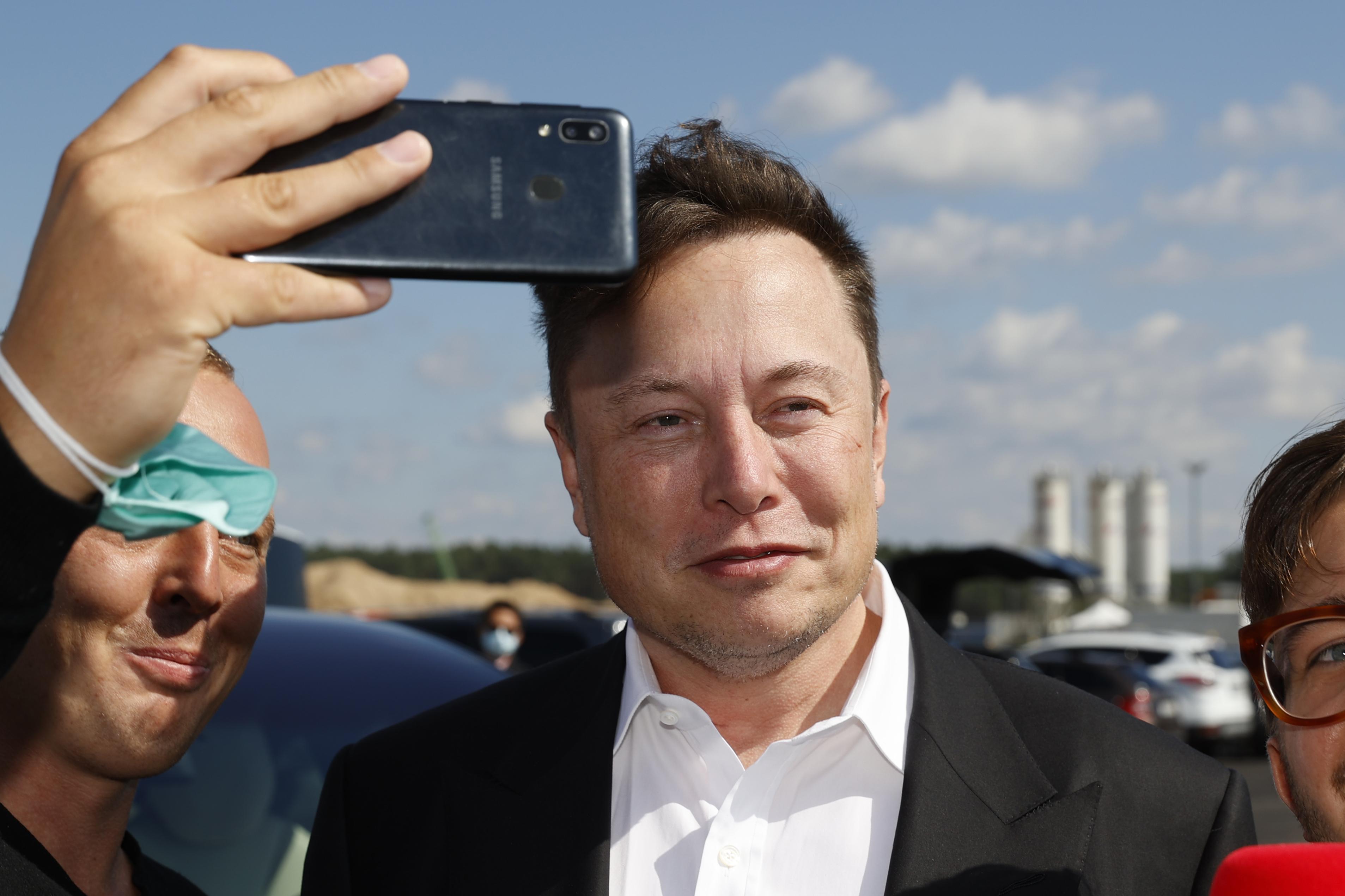 Musk szerint nem volt bekapcsolva az önvezető funkció a Teslában, ami Texasban szenvedett balesetet