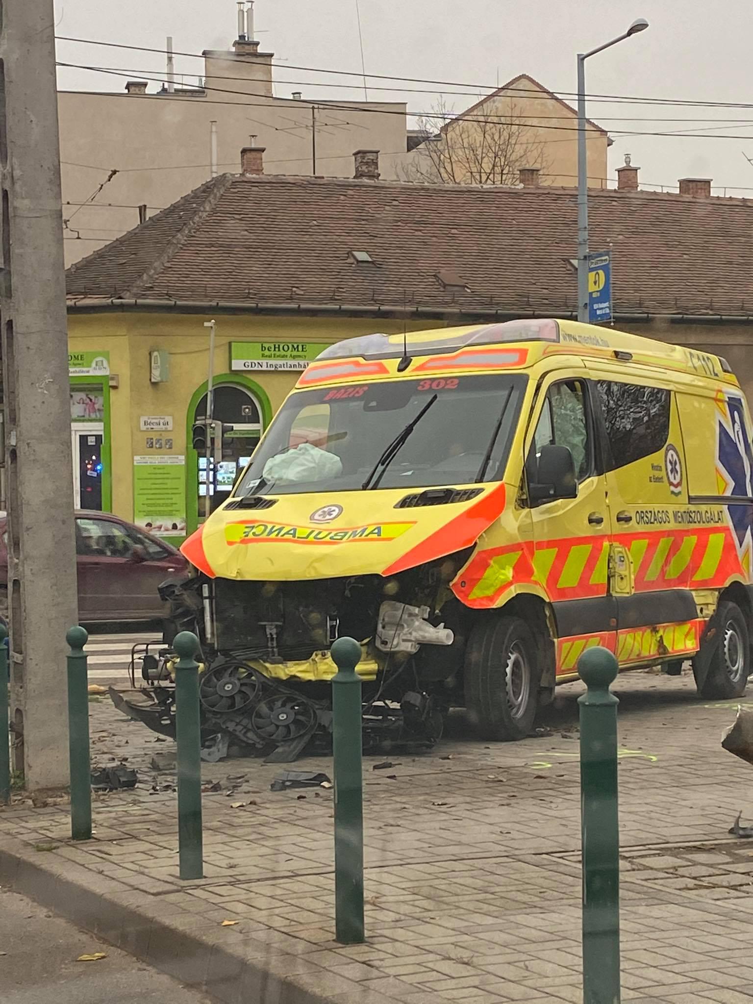Karambolózó mentő ütötte el a járdán a gyalogost Óbudán