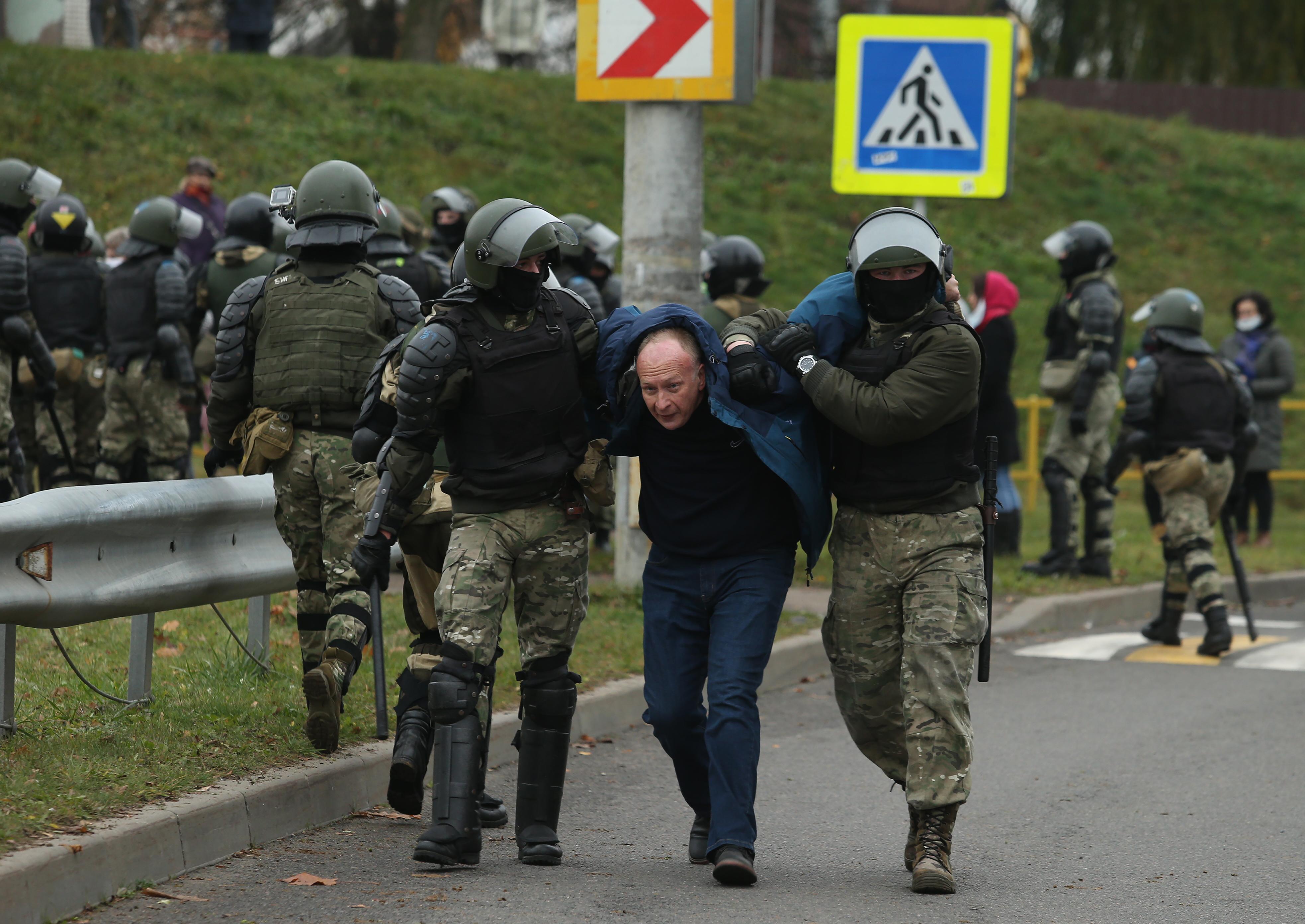 345 embert vettek őrizetbe a vasárnapi tüntetés után Fehéroroszországban