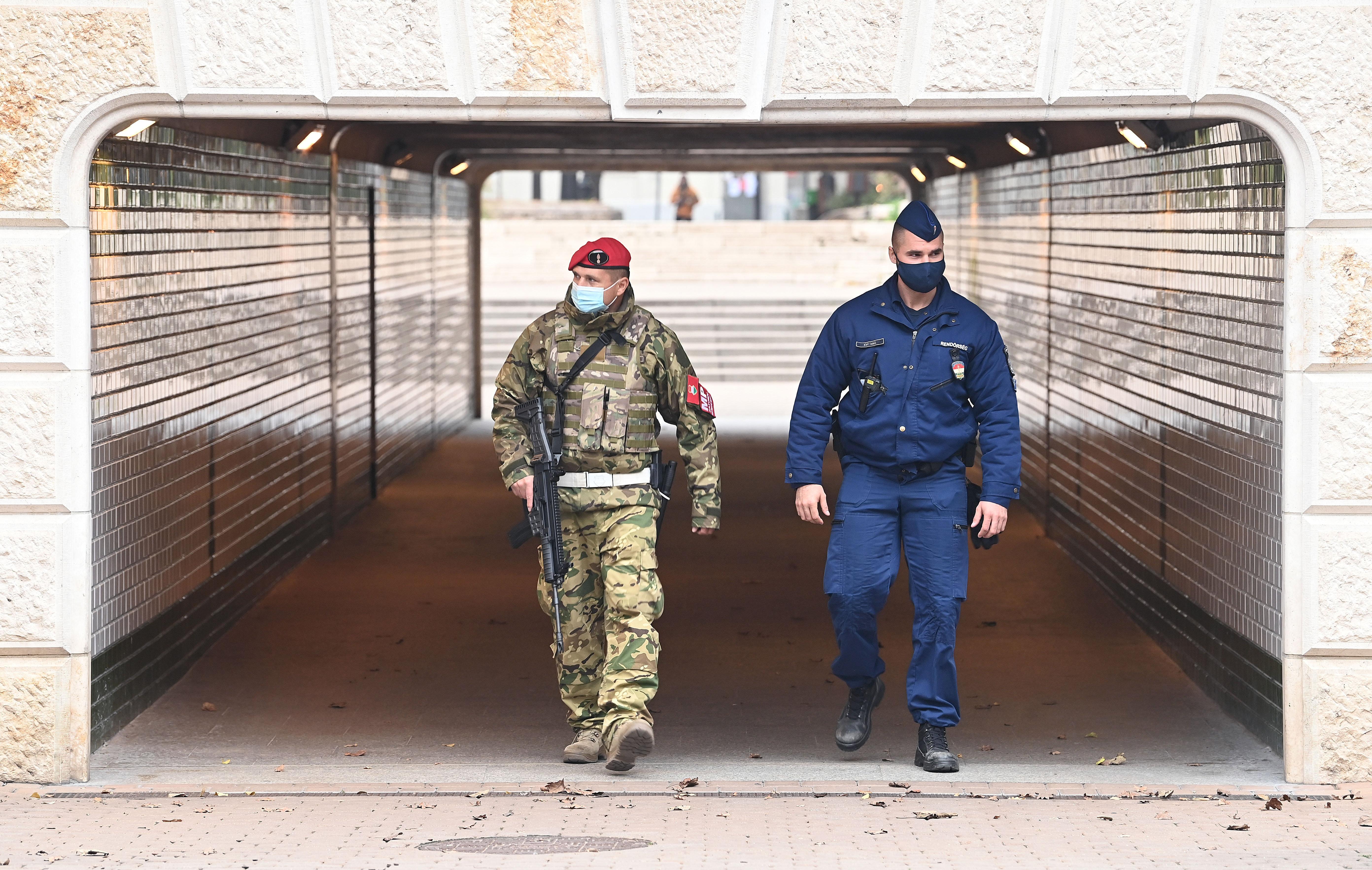 Földhöz vágta a maszkját, majd verekedni hívta az őt igazoltató katonát és rendőröket