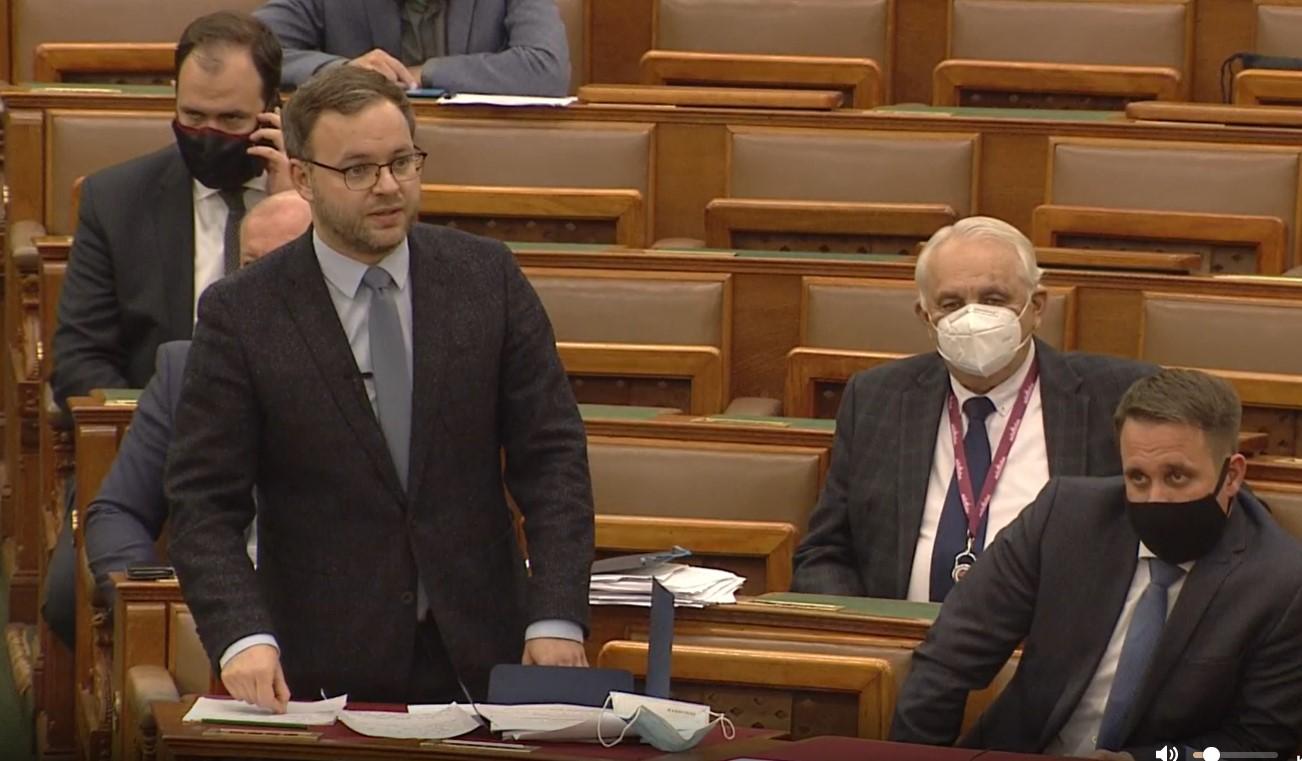 Parlamenti válasz: A kormány nem kíván beleszólni abba, hogy a köztévében nyílt politikai utasítást adnak a Fidesz támogatására