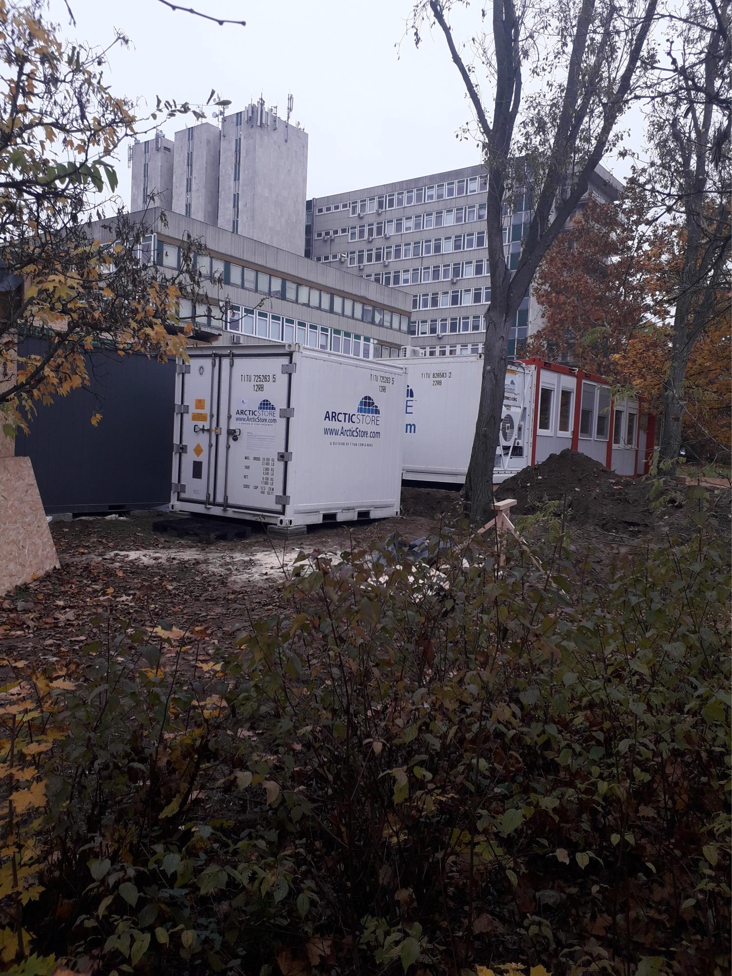 Nem mobil hullaházakat telepítenek a Jahn Ferenc kórház kertjébe, hanem az ország legnagyobb, 0-24 órás koronavírus-tesztelő központja épül ott