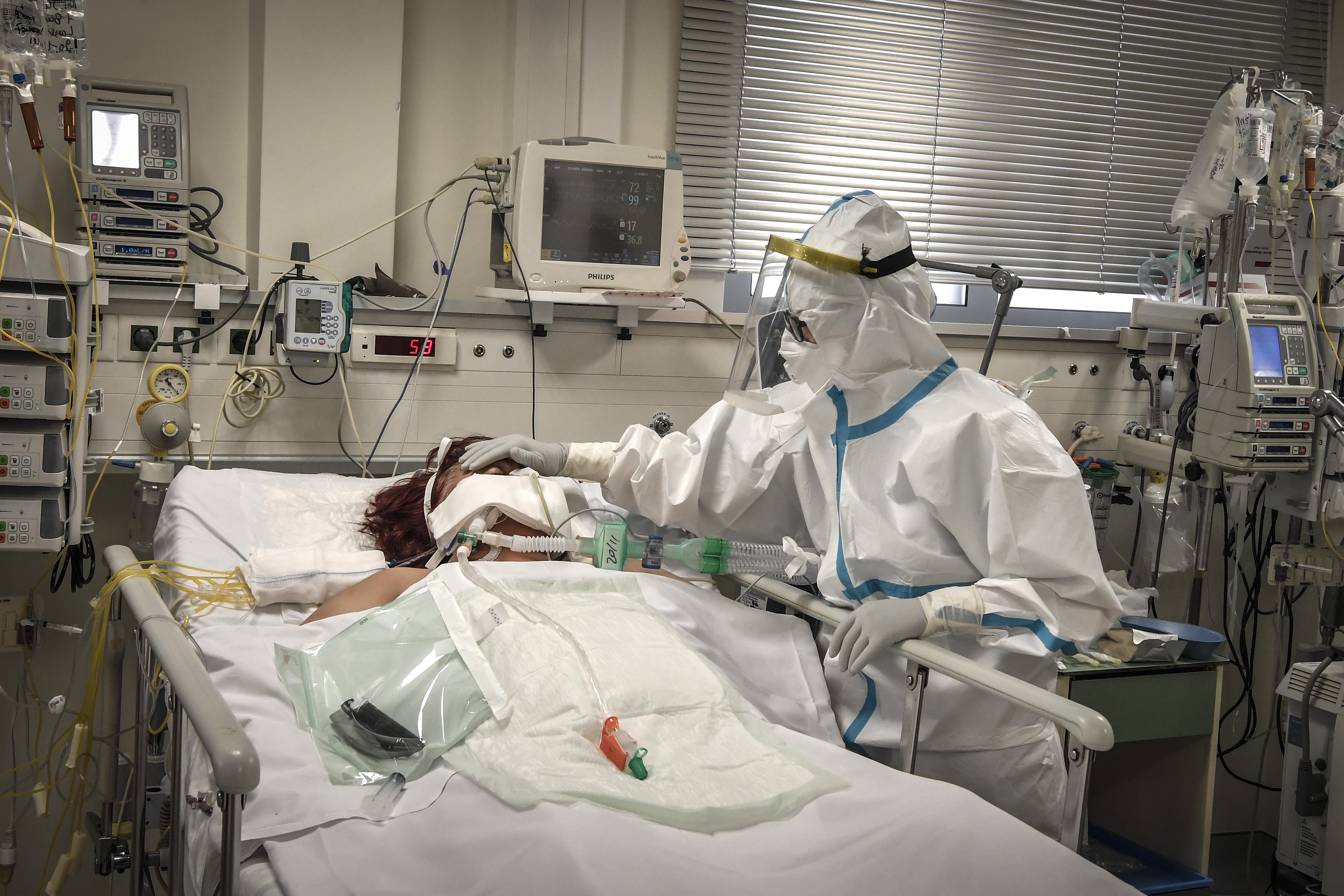 Közel ezer fertőzött van intenzíven, több, mint Csehországban, Belgiumban vagy Ausztriában