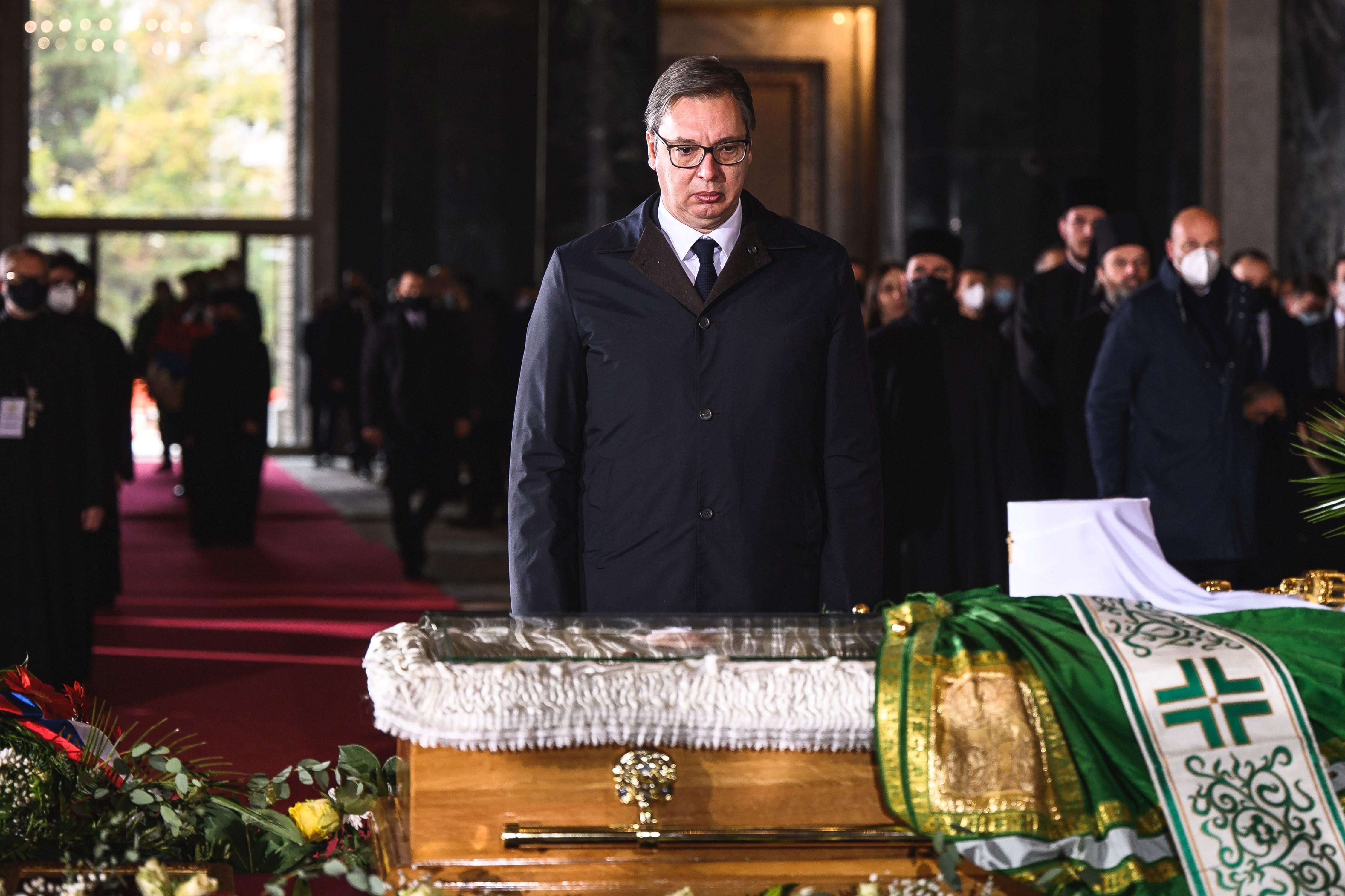 A járványszkeptikus montenegrói pátriárka temetésén megfertőződött szerb pátriárka temetésén is ezrek csókolgatták a koporsót
