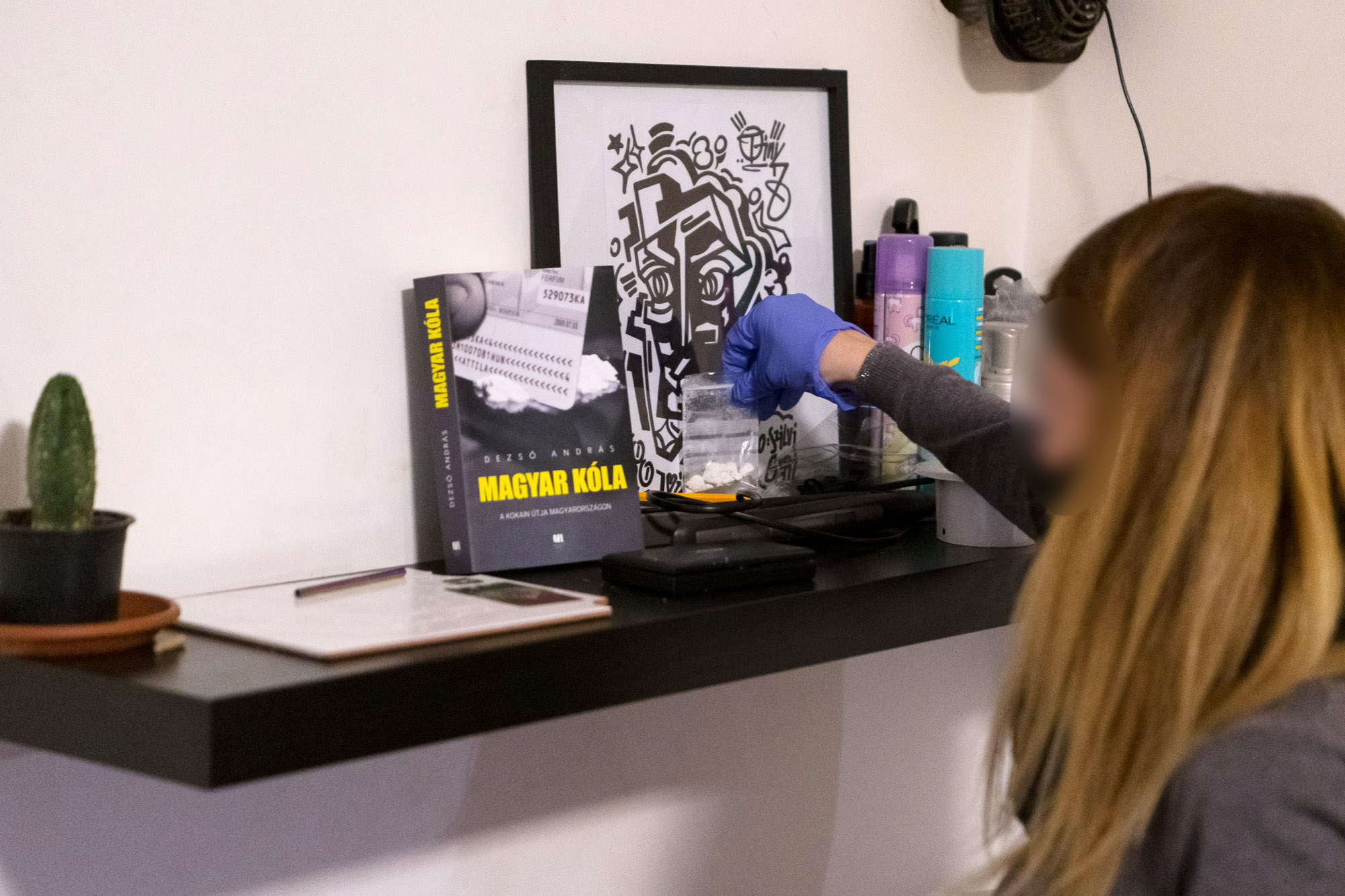 Dezső András kokainos könyvét tanulmányozta a drogterjesztő hálózat, aztán tényleg rájuk törte az ajtót a rendőrség