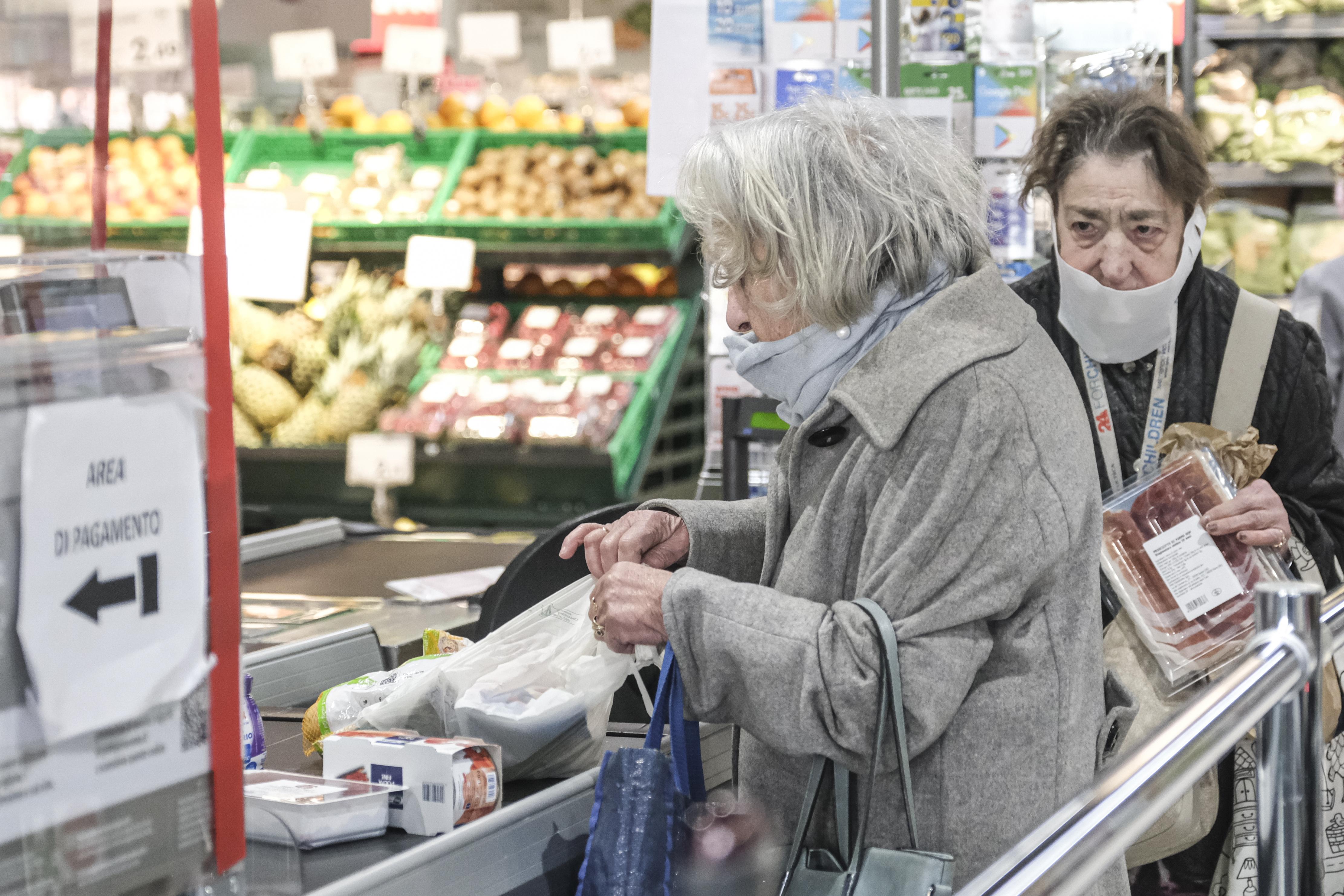Hétfőtől péntekig 9 és 11 óra között csak 65 éven felüliek vásárolhatnak a boltokban