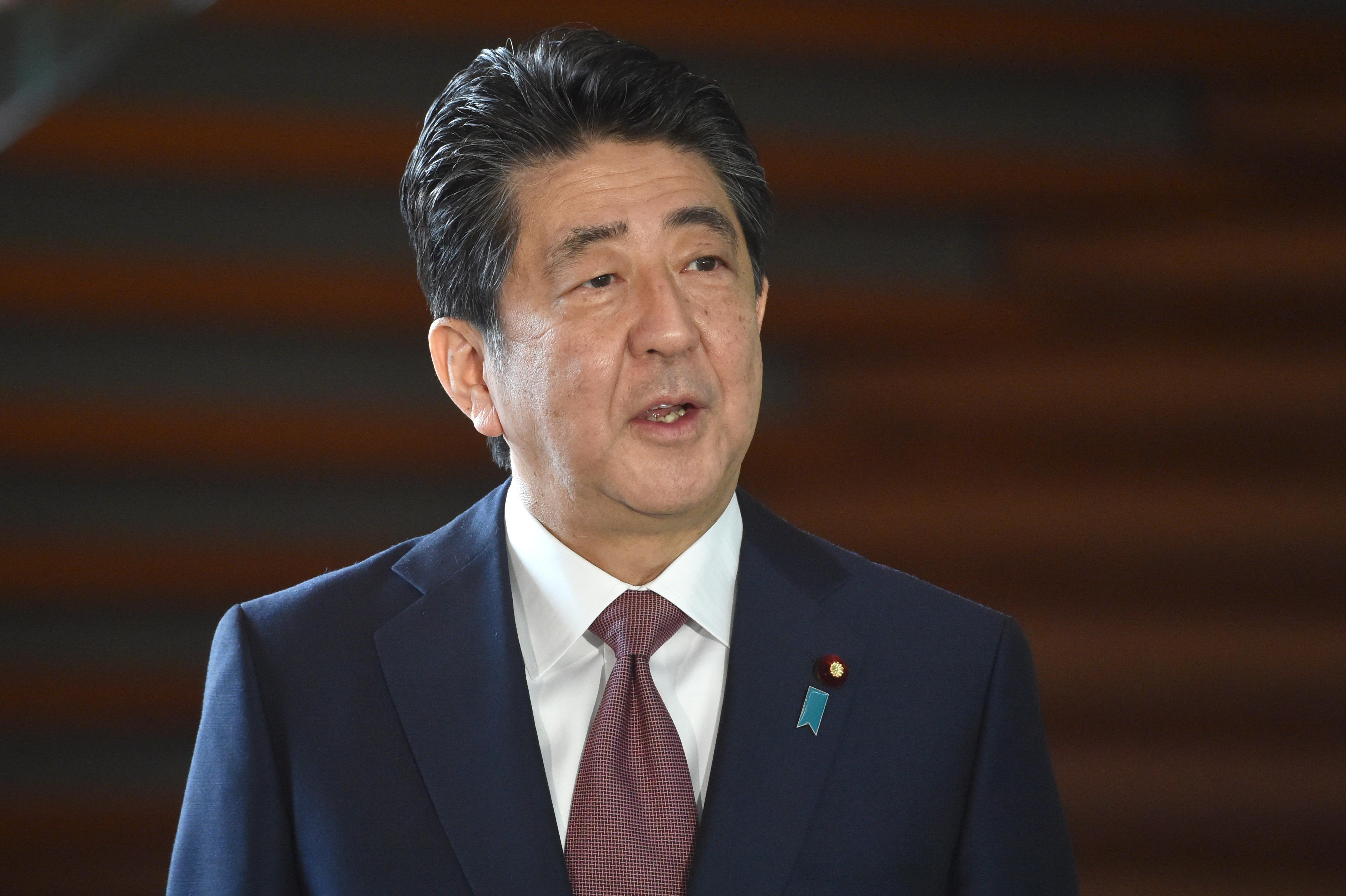 Szabálytalan közpénzfelhasználás miatt vizsgálódnak a volt japán kormányfő ellen