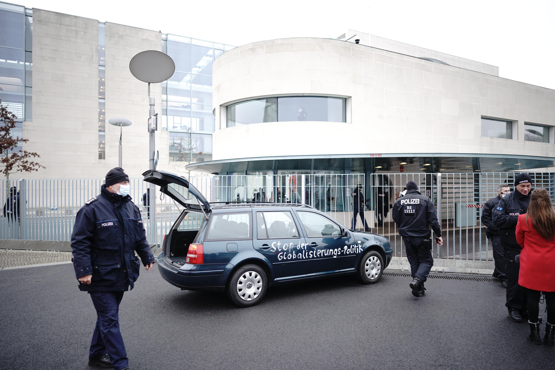 """""""Átkozott gyermek- és idősgyilkosok"""" felirattal hajtott neki egy autó Merkel hivatalának"""