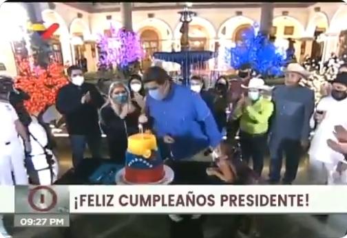 A venezuelai elnök maszkban próbálta elfújni a születésnapi gyertyáit