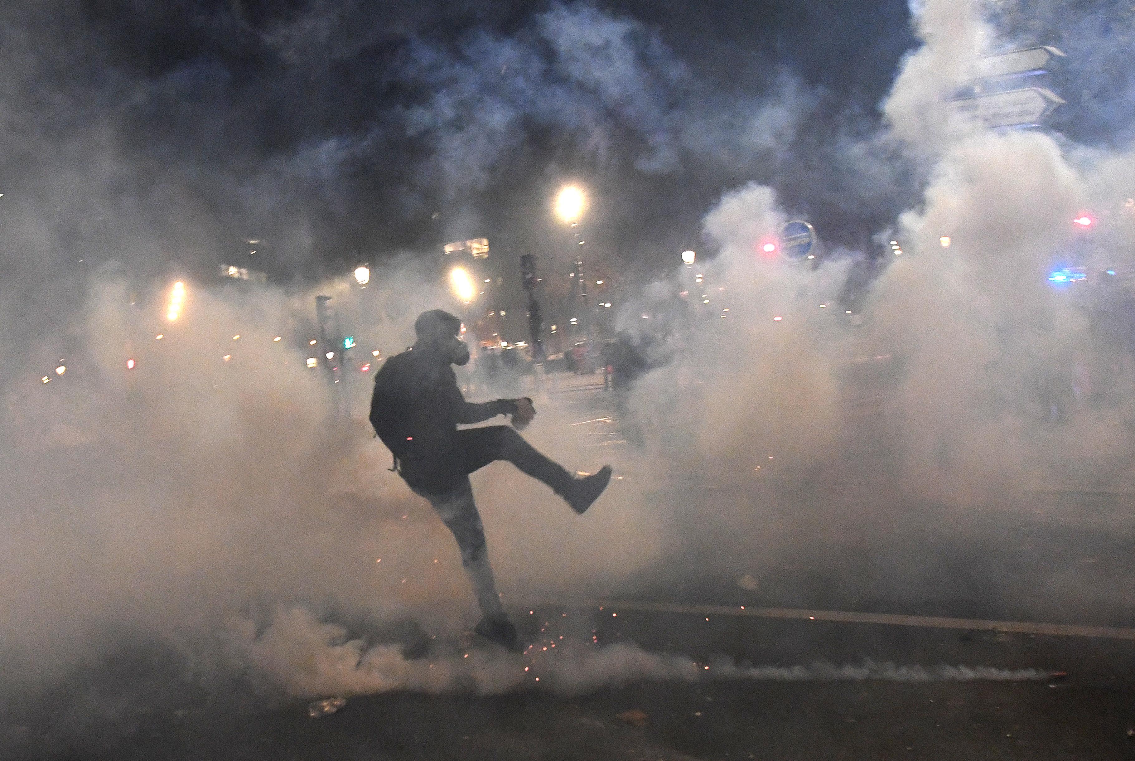 Könnygázzal oszlattak a francia rendőrök a sajtószabadságért tartott tüntetésen