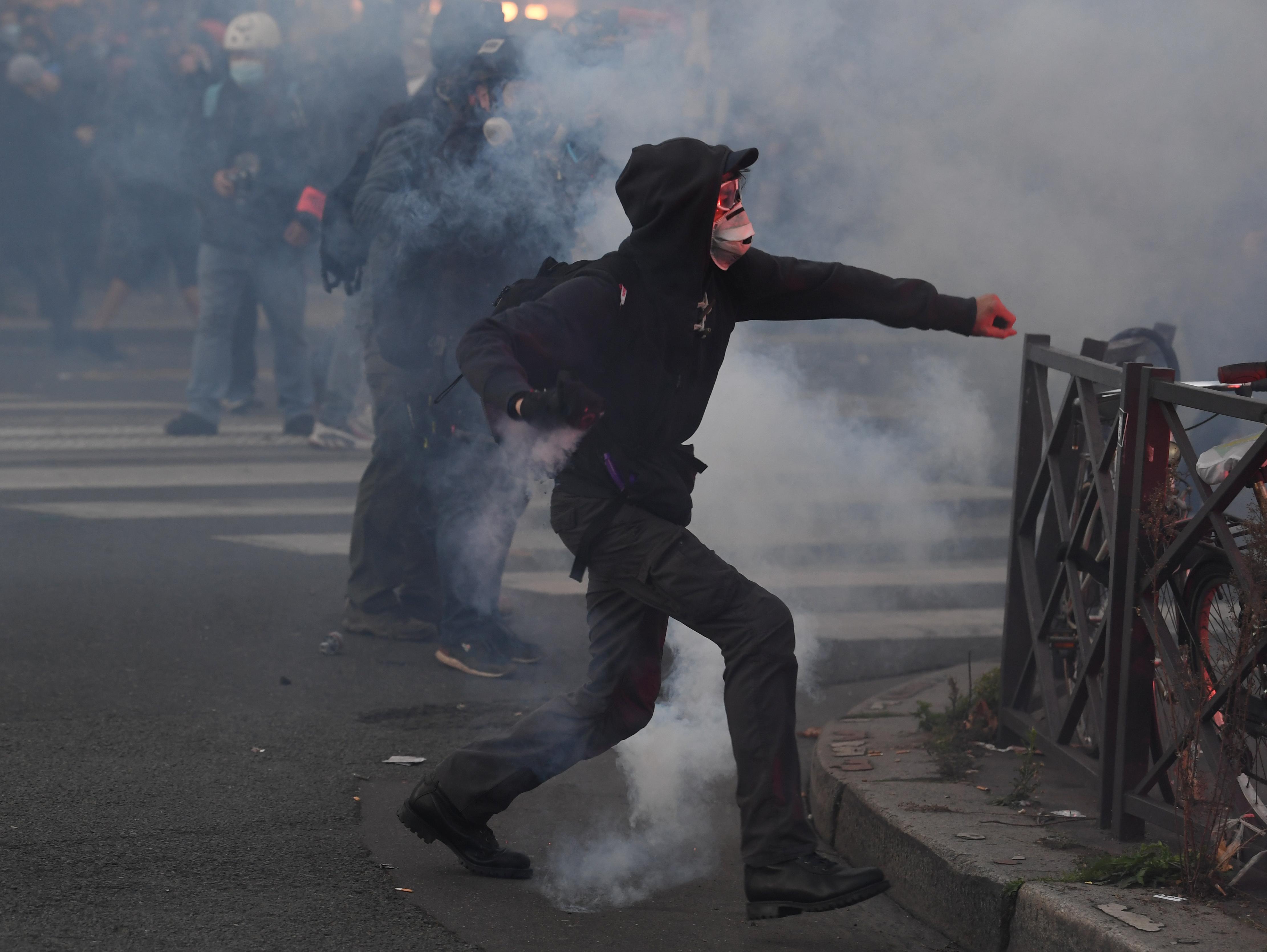 A francia tüntetések hatására teljesen átírják a nemzetbiztonsági törvényt
