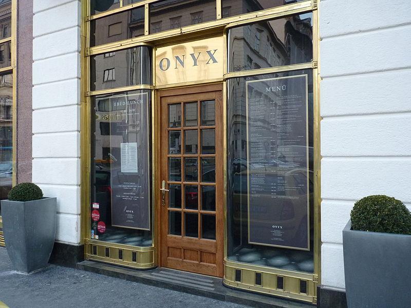 Az Onyx luxusétterem tulajdonosai este 8 után vacsorát szerveztek egy 10 fősnél nagyobb társaságnak, aminek a végén közösen, kalapáccsal  szétverték a berendezést