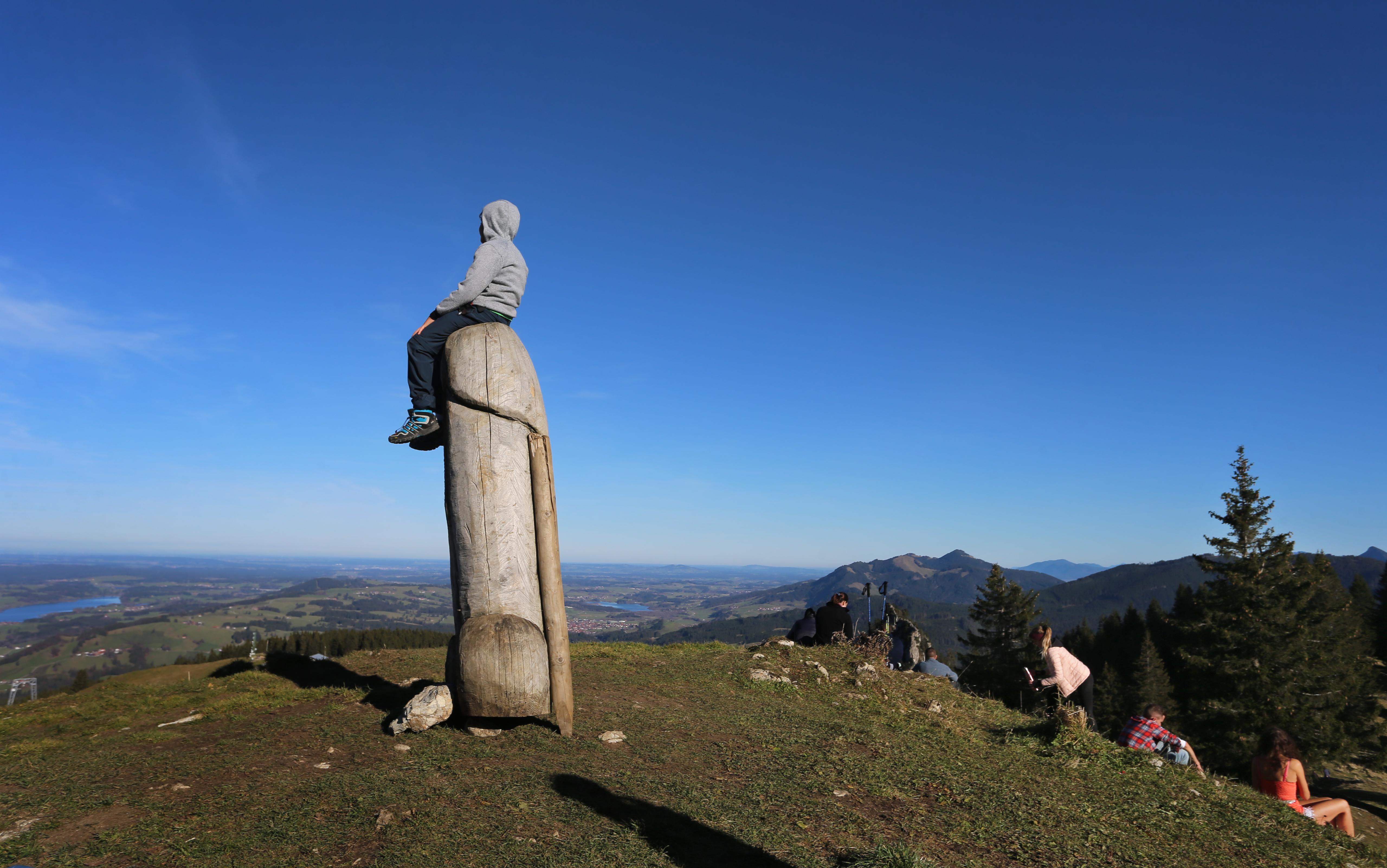 Nyomozni kezdett a bajor rendőrség, hova tűnhetett a hegy tetejéről a 2 méteres fafasz