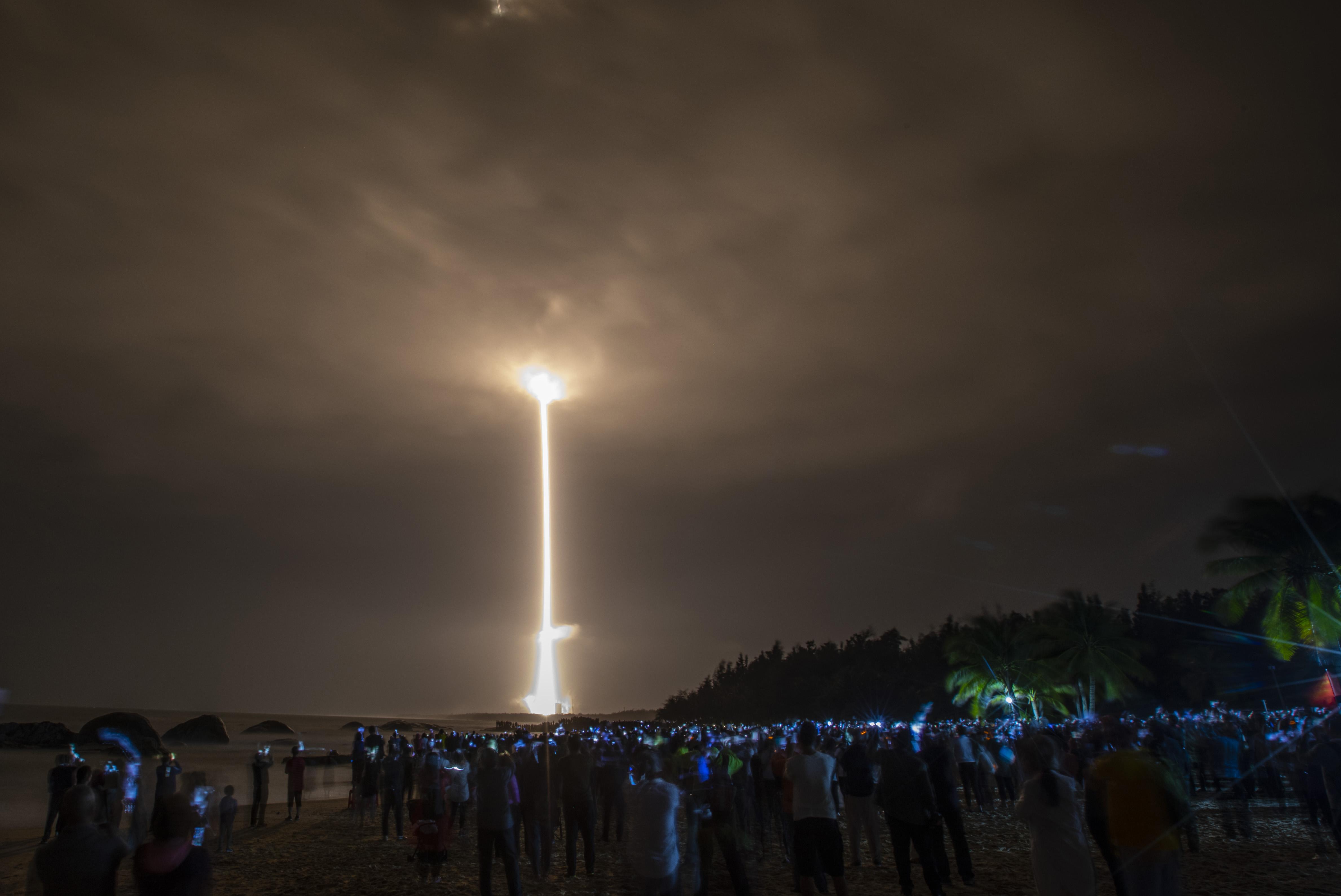 Leszállt a Hold felszínére a kínaiak űrszondája