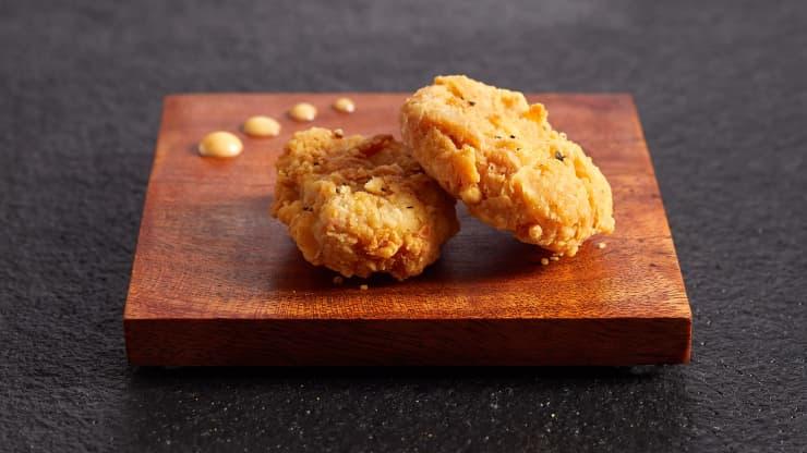 Szingapúrban engedélyezték a laborban tenyésztett csirkehús árusítását