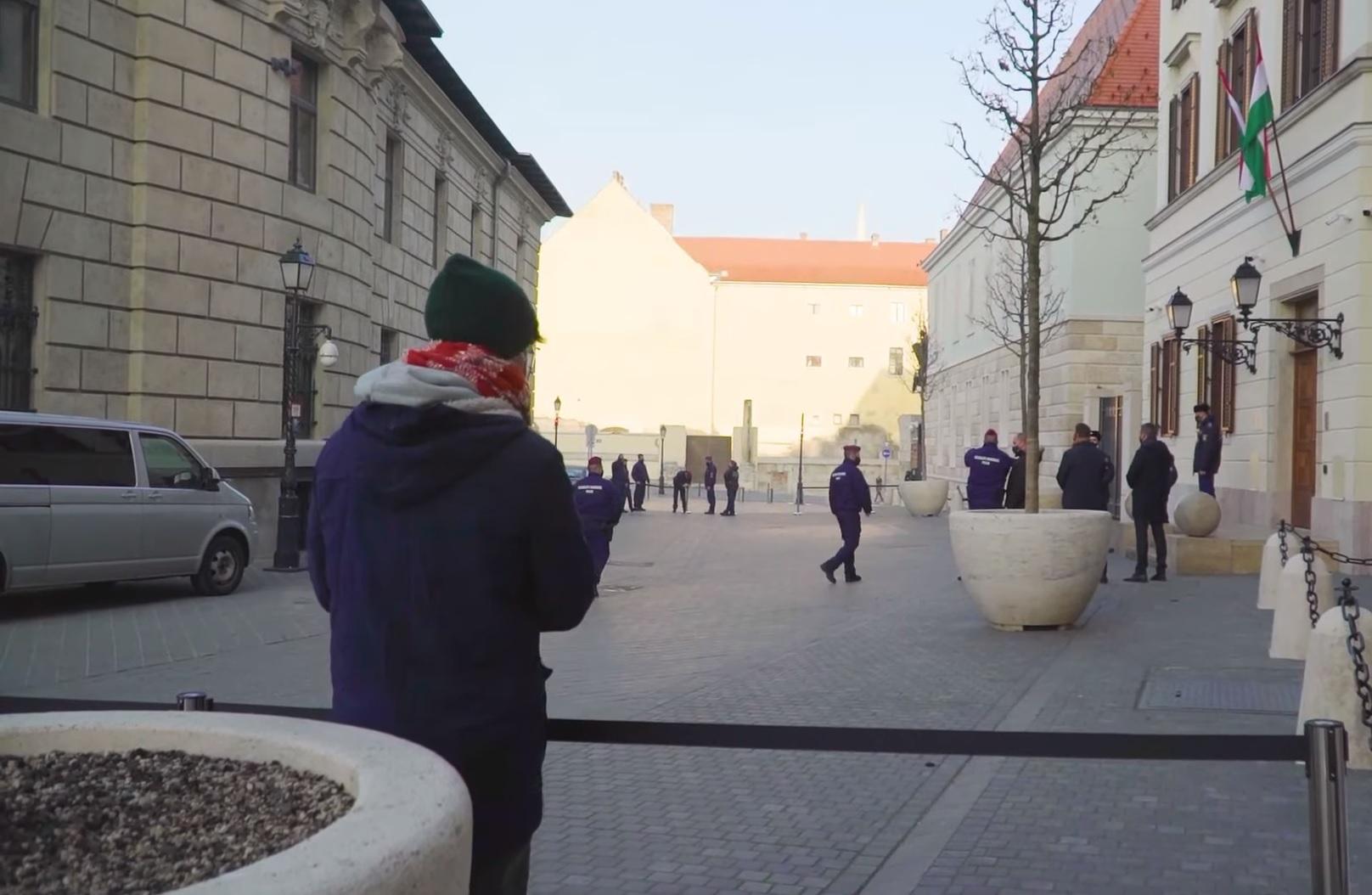 A Telex a kormányülés előtt Szájerről kérdezte a minisztereket, erre megjelent egy csomó rendőr, és elkordonozta a sajtó elől a teret