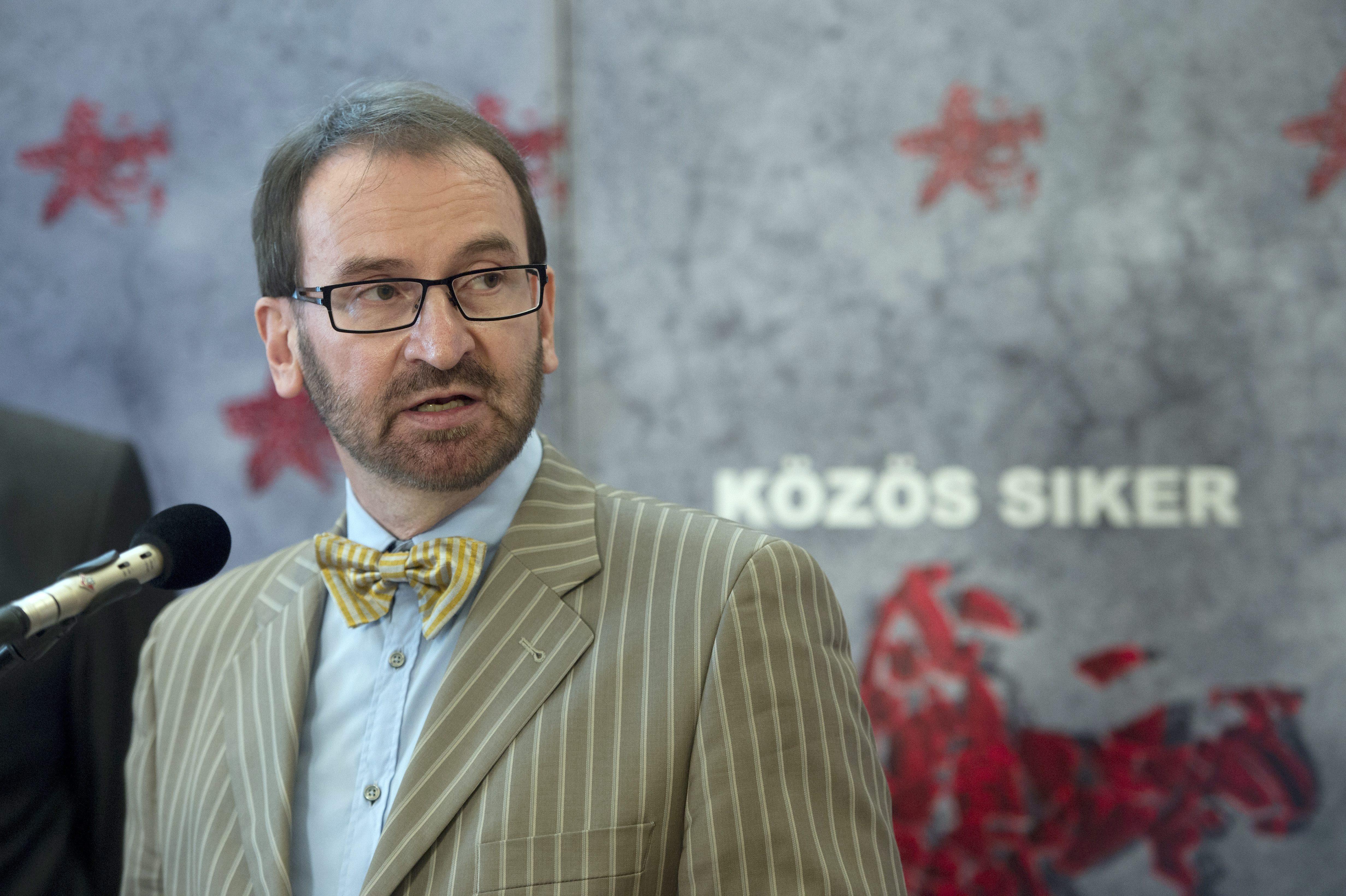 Egy észt diplomatát is előállítottak a szexpartiról, amiről Szájer József az ereszcsatornán távozott