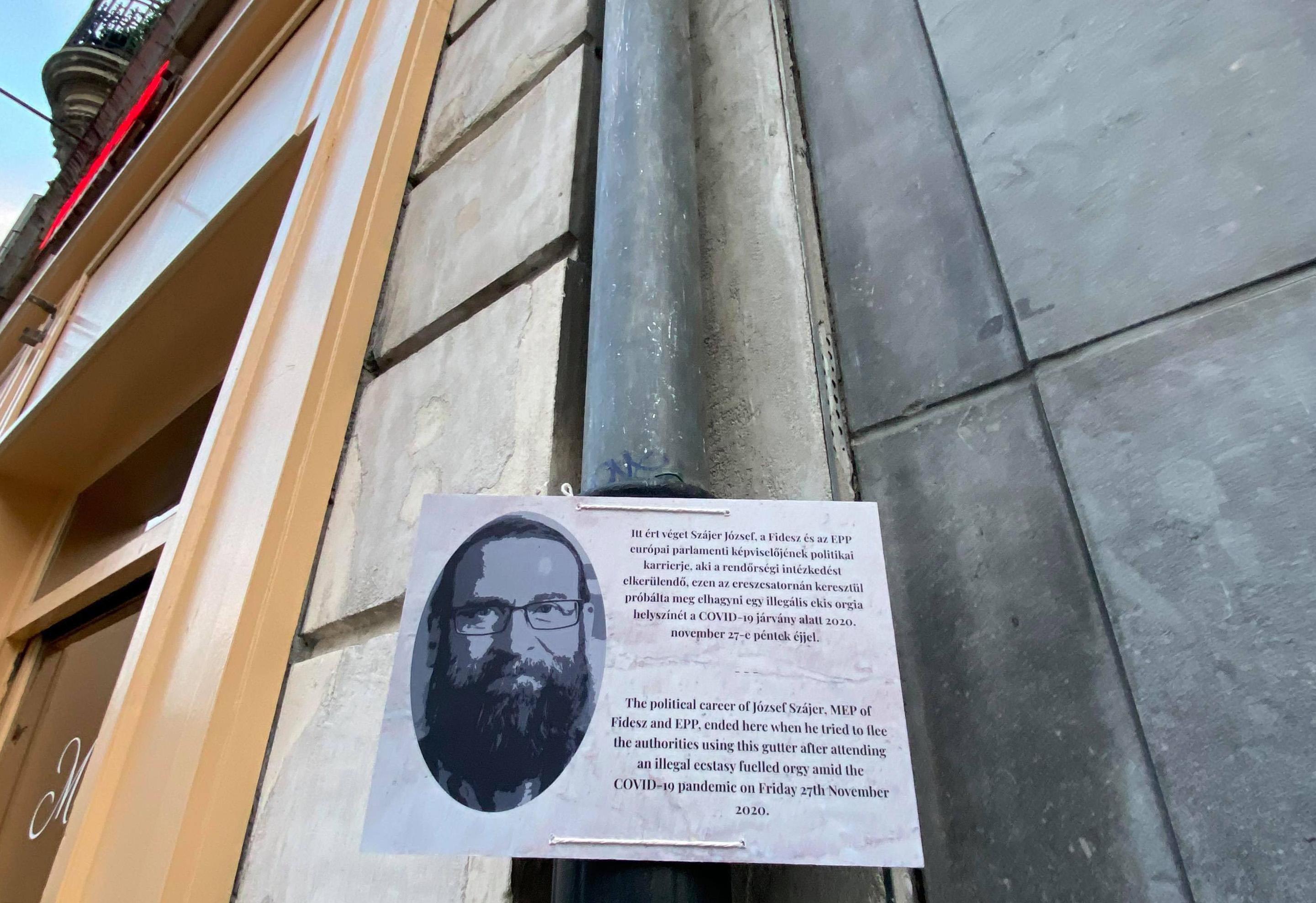 Emléktáblát kapott Szájer József ereszcsatornája