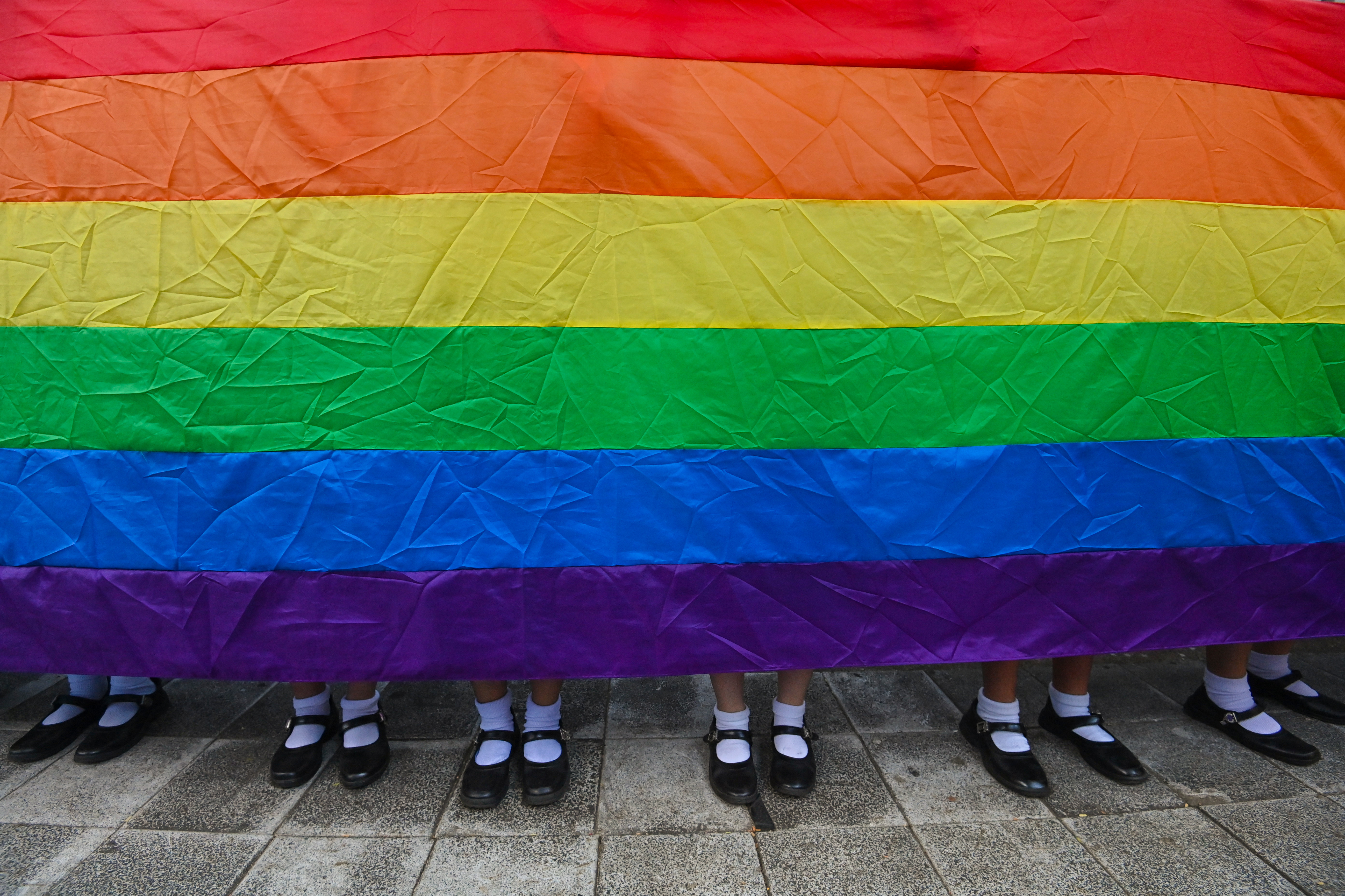 A homofób korlátozások miatt tüntettek a magyar nagykövetség előtt Bécsben