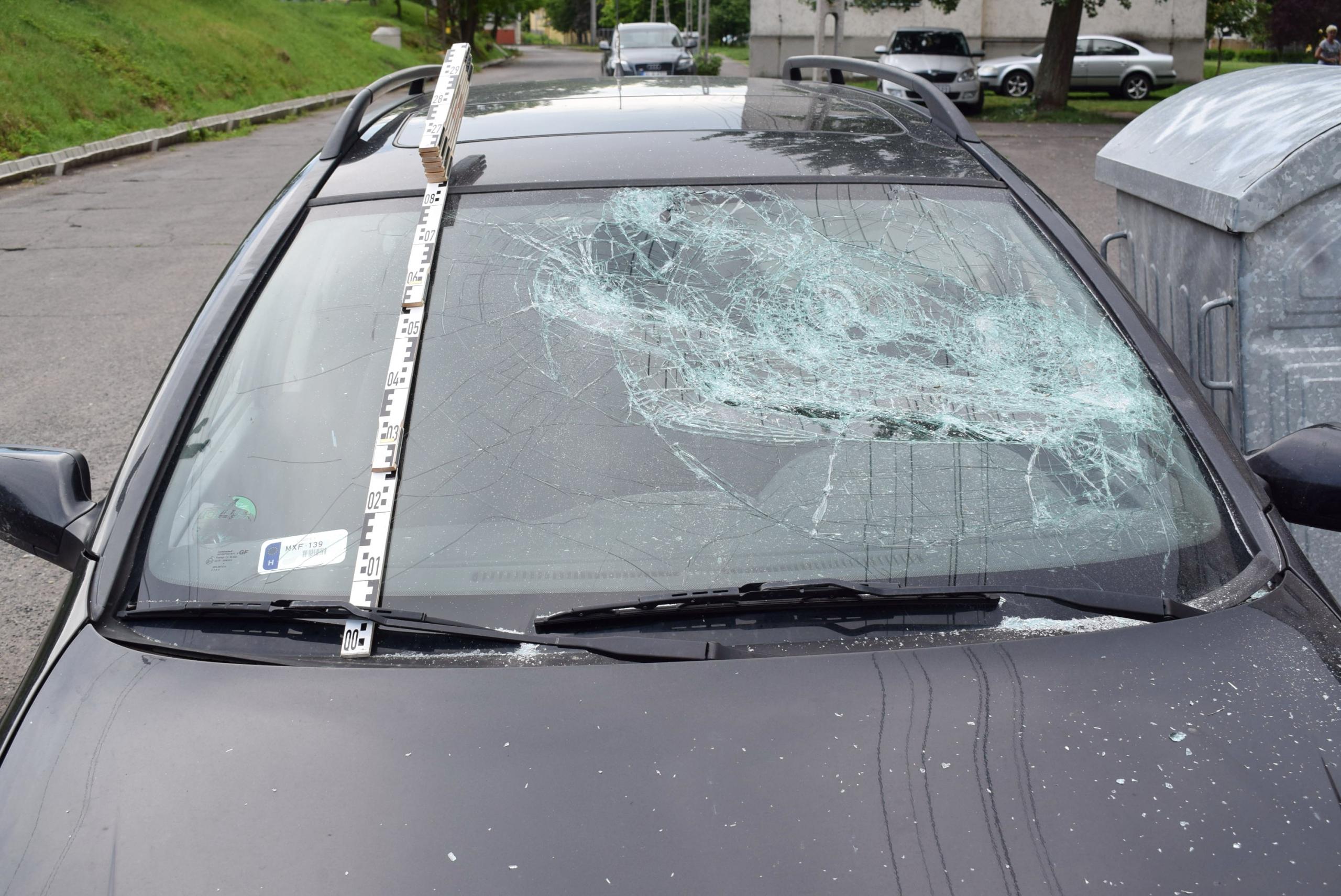 Kavicsokkal és egy csavarozó készlettel dobálta a haragosát, majd egy husánggal szétverte a saját kocsiját
