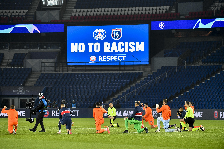 A bíróbotrány után a játékvezetők a játékosokkal együtt térdeltek a rasszizmus ellen