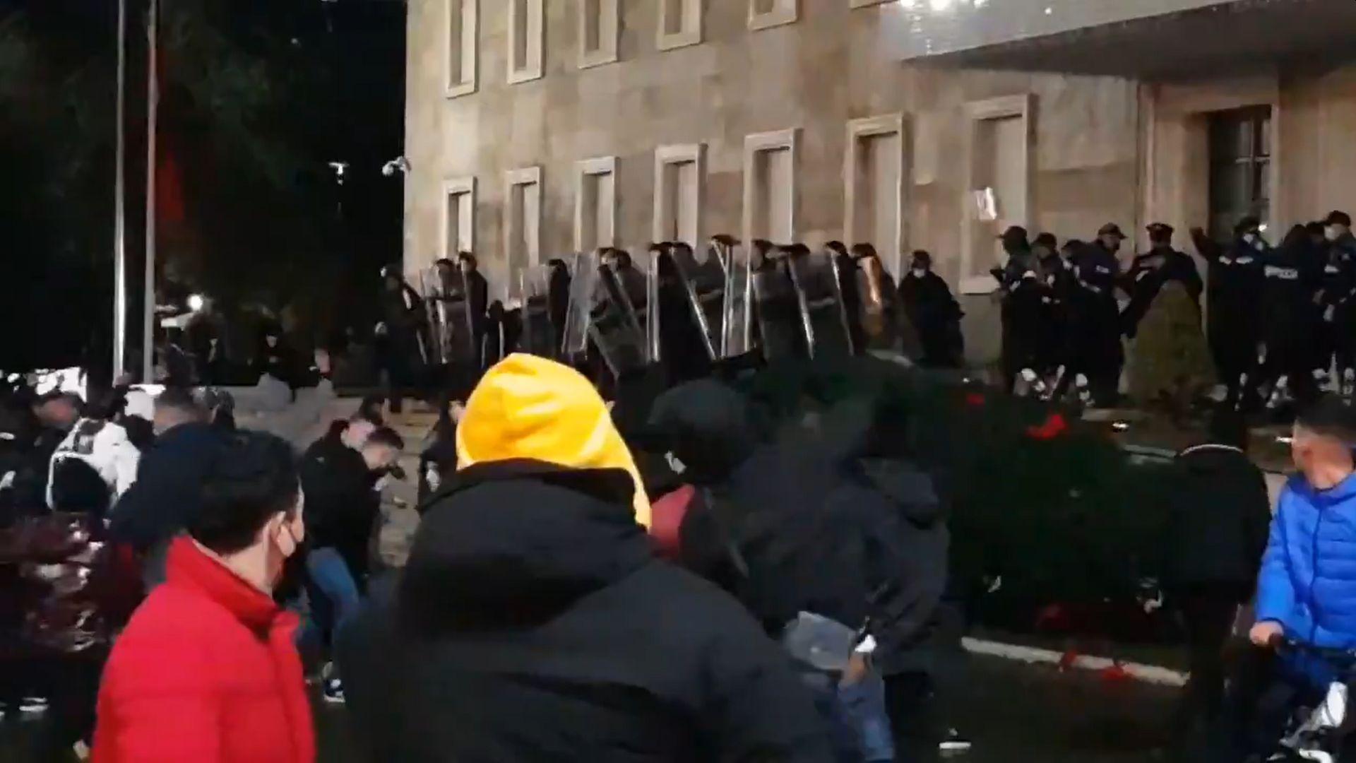 Összecsapások robbantak ki Tiranában a rendőrök és a tüntetők között