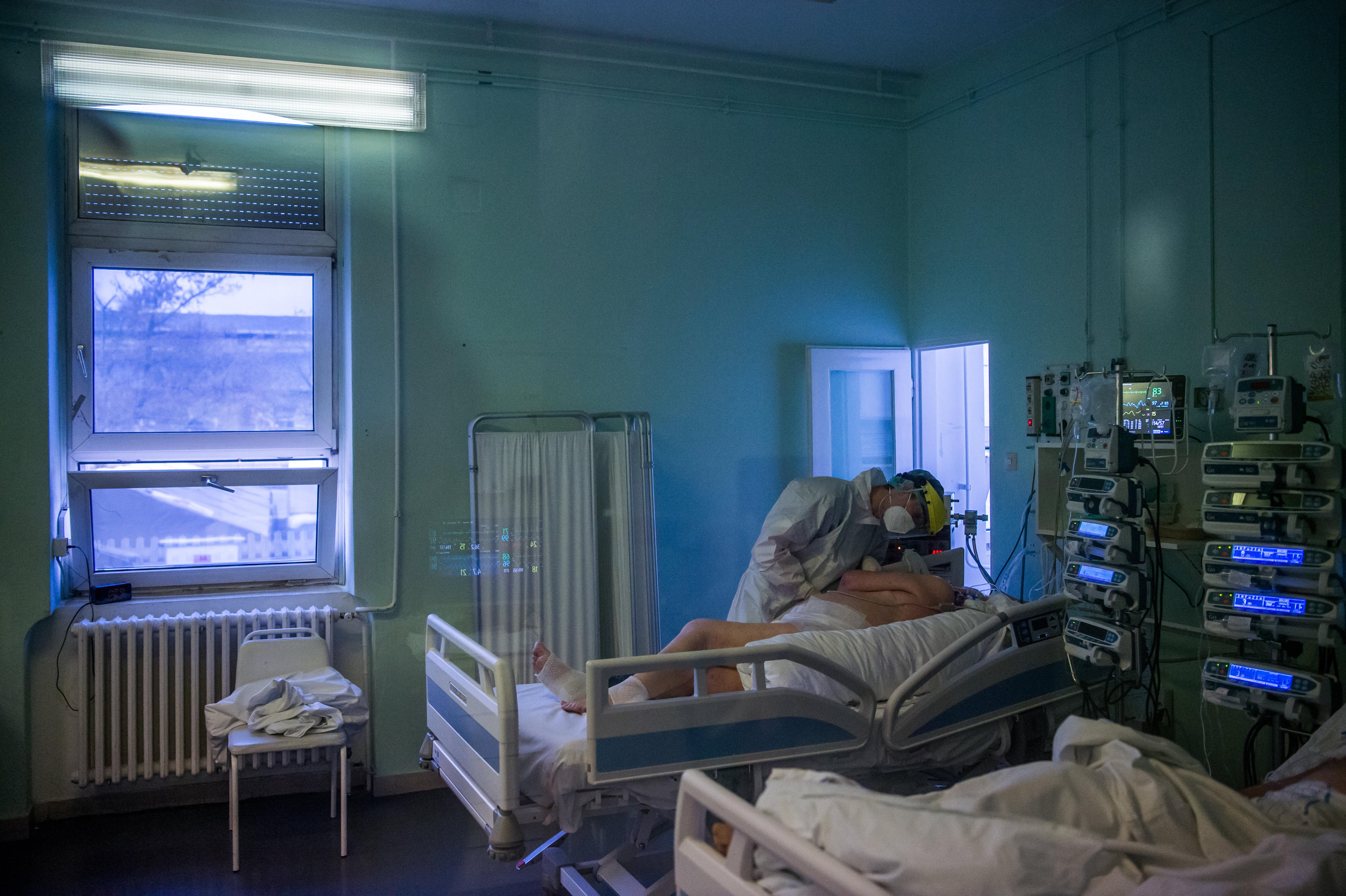 Koronavírus: Először jelentettek több mint 200 áldozatot egyetlen nap alatt Magyarországon