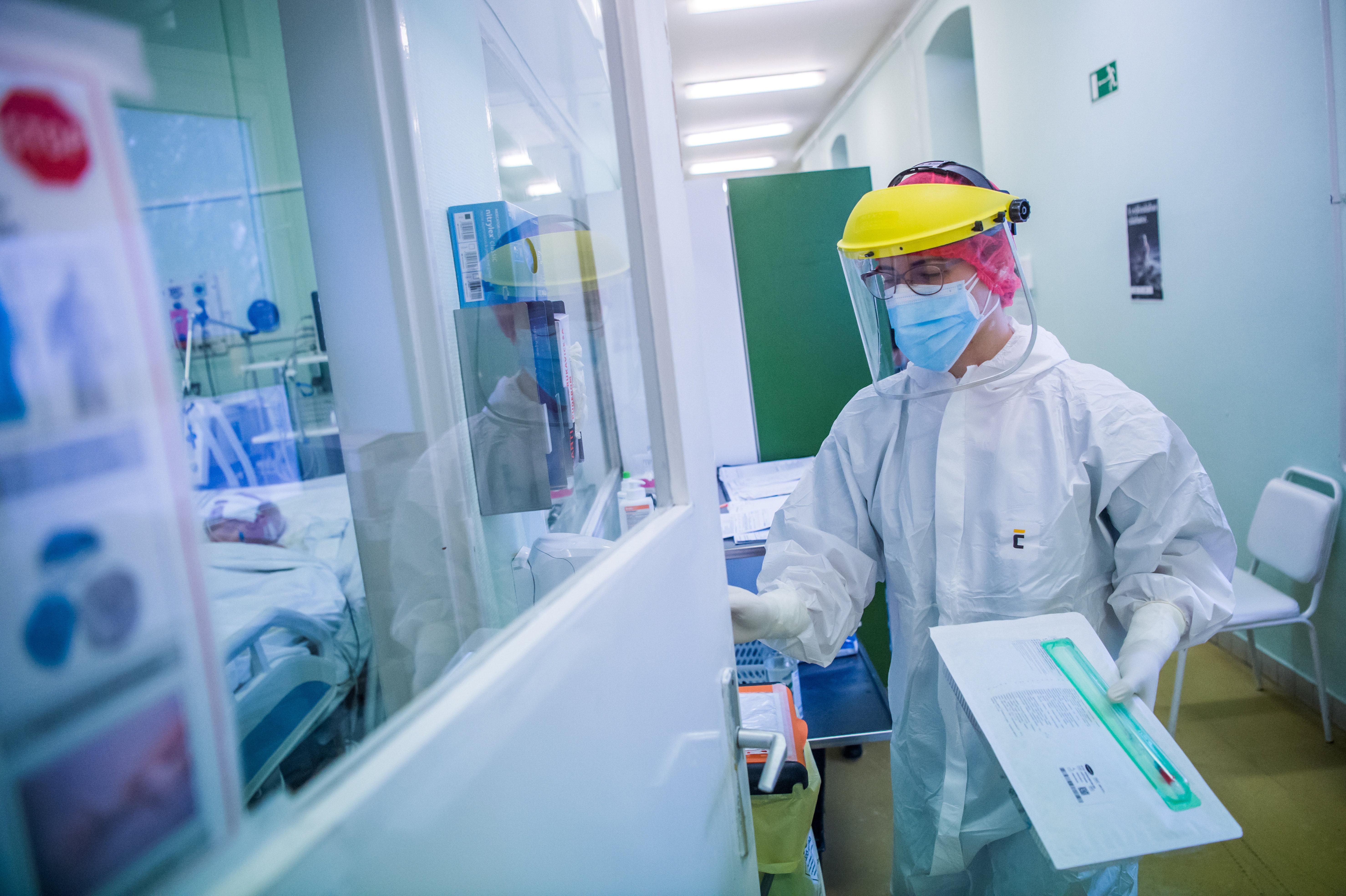 Koronavírus: 136 halott, meredeken nő a lélegeztetőn levők száma