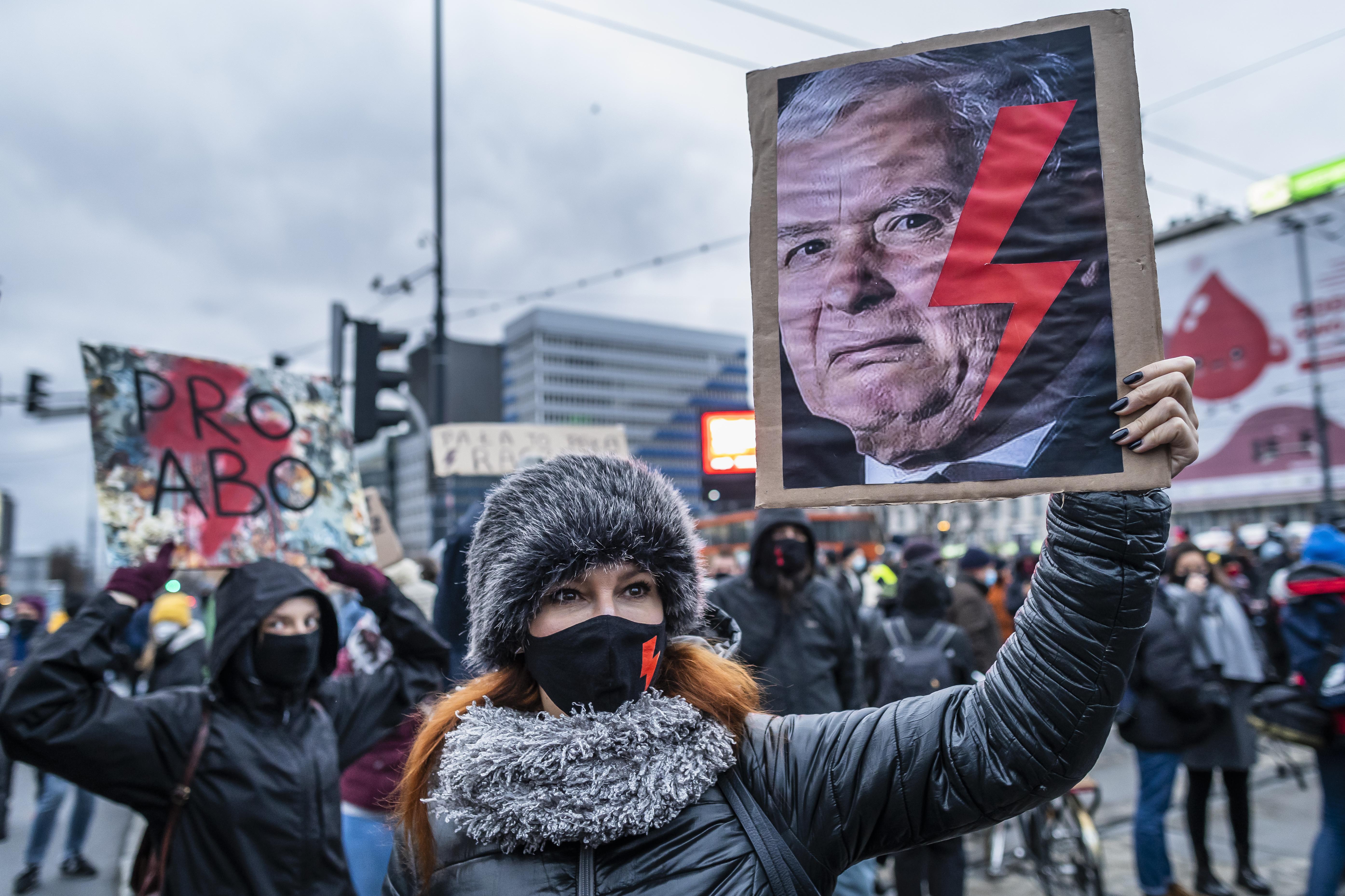Nem váltják le Kaczynskit a tüntetők elleni rendőri erőszak miatt