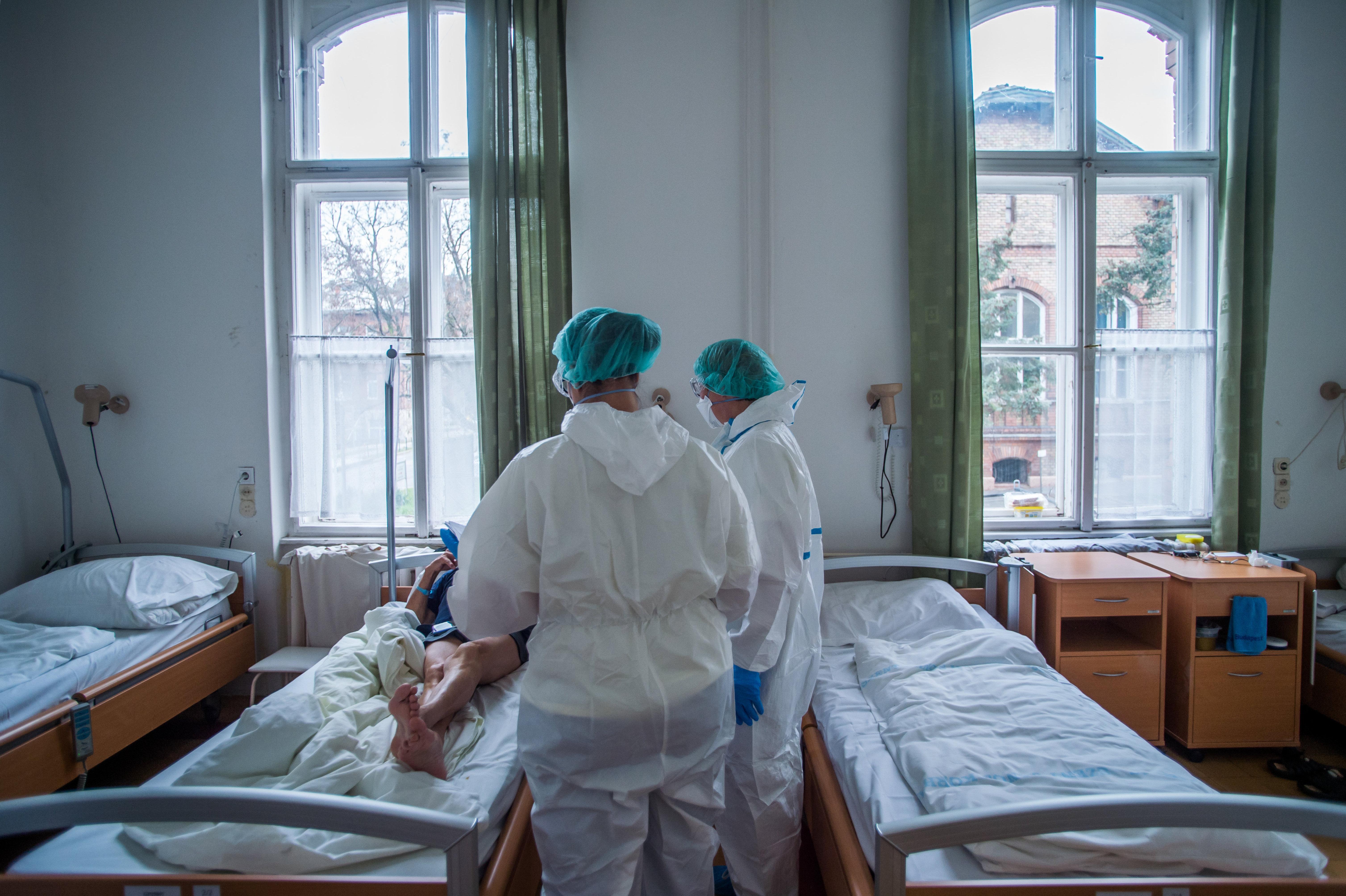Tovább romlottak a járványügyi adatok: 275 újabb áldozat, majdnem 1 500-an vannak lélegeztetőgépen