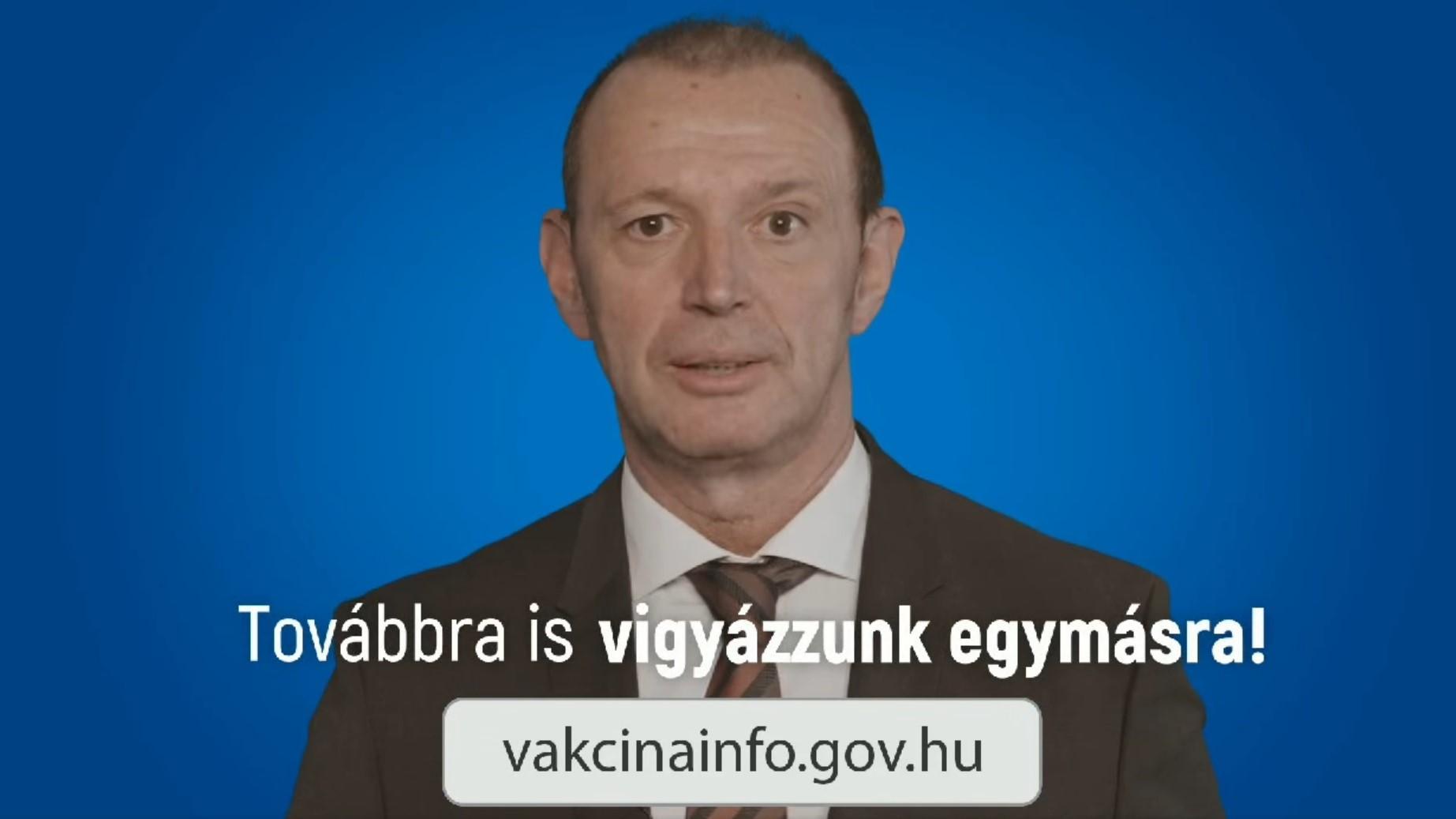 Győrfi Pál heroikus zenei aláfestéssel informál a vakcináról
