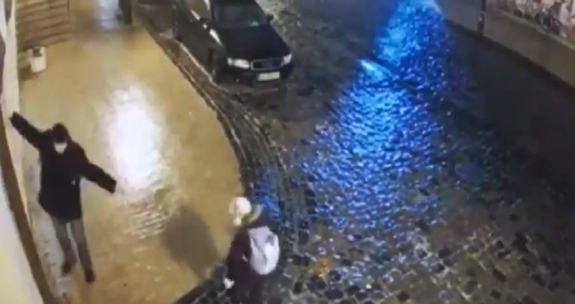 Az életünk egy percben: így próbált feljutni az ónos eső miatt jéggel borított meredek kijevi utcán a Fehér Hátizsákos Ember