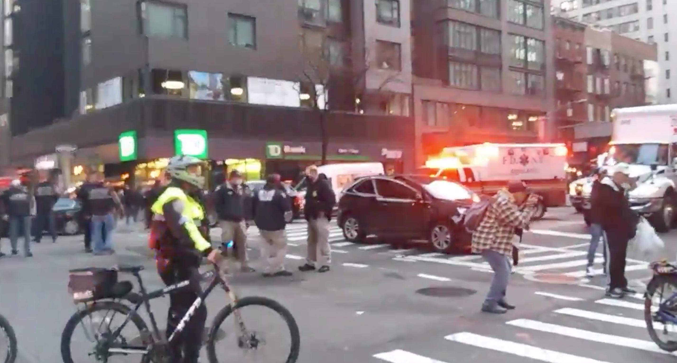 Tüntetők közé hajtott autójával egy nő New Yorkban