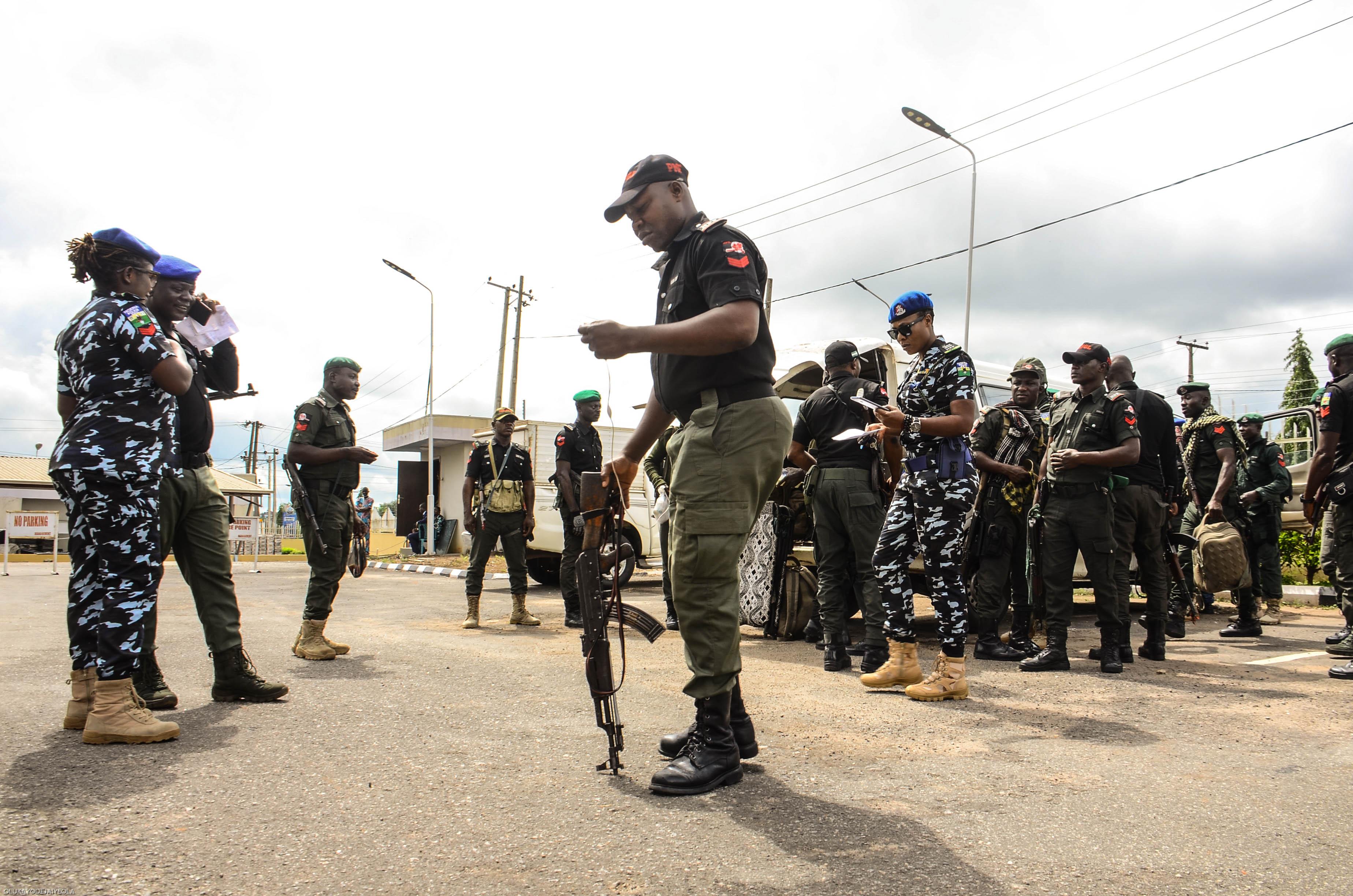 Motoros fegyveresek hatoltak be egy nigériai bentlakásos középiskolába, és tüzet nyitottak