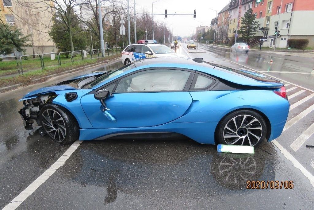Részegen elvitte a haverja BMW i8-asát, össze is törte