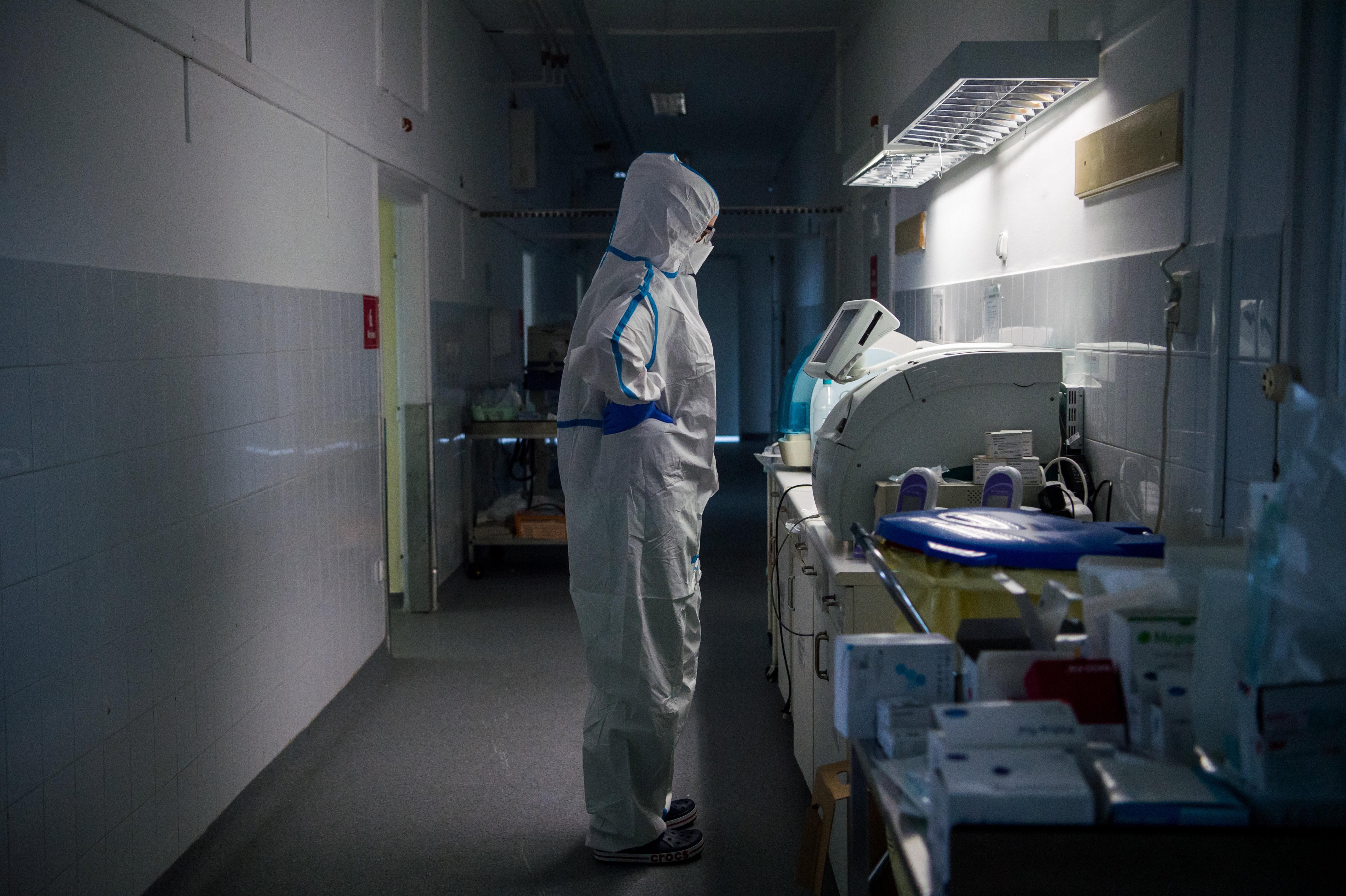 Egyre több orvos nyilatkozza, hogy már választaniuk kell a betegek között, de az operatív törzs szerint az egész kamu
